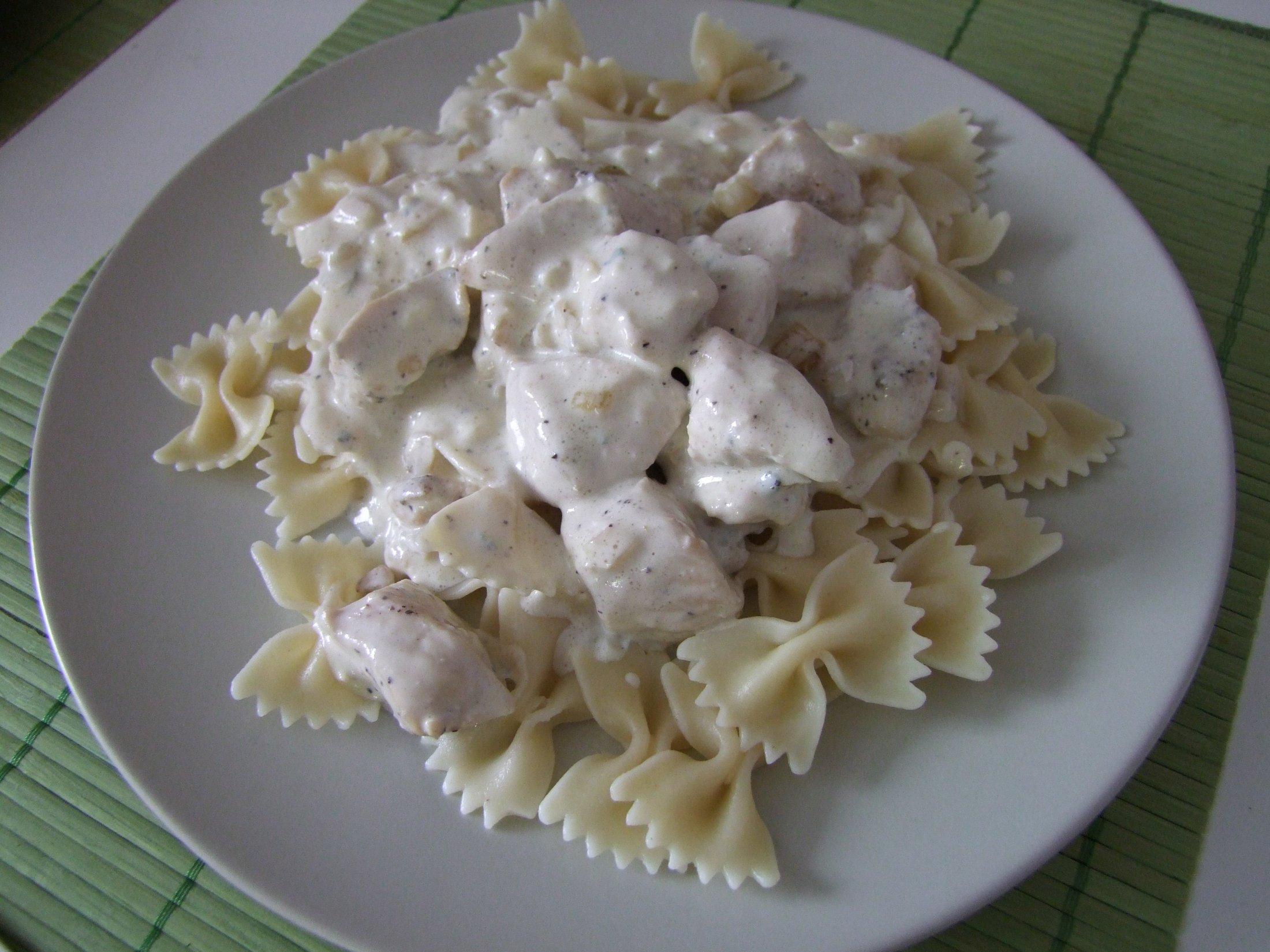Recept Sýrová omáčka s kuřecím masem - Sýrová omáčka s kuřecím masem a těstovinami.