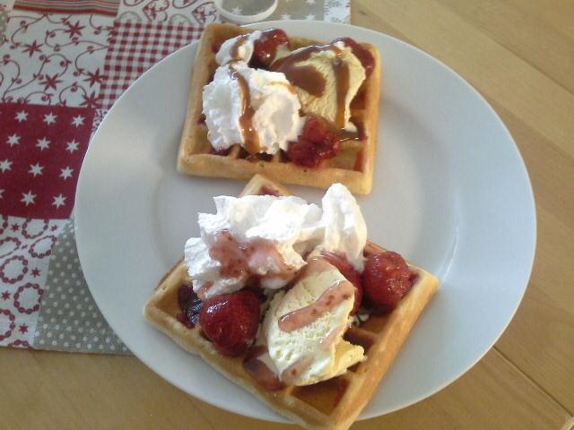 Recept Vafle s jahodami a šlehačkou - Vafle s jahodami a s karamelovou polevou