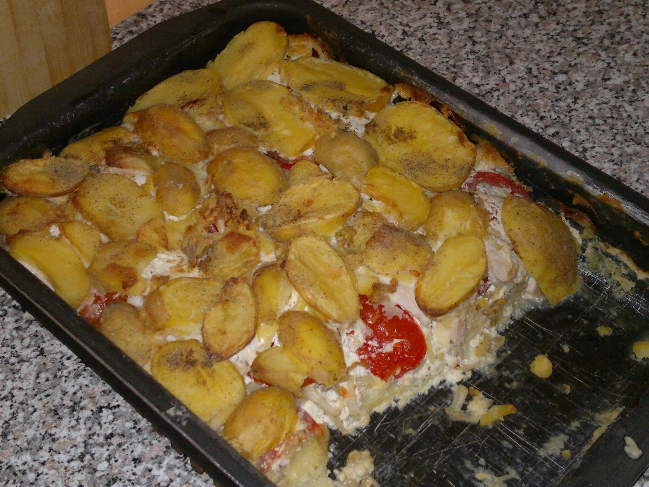 Zapečené brambory s rajčaty, kuřecím a nivou