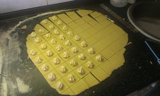 Recept Křehké svatební koláčky - Rozměr byl cca 5 x 5 cm.