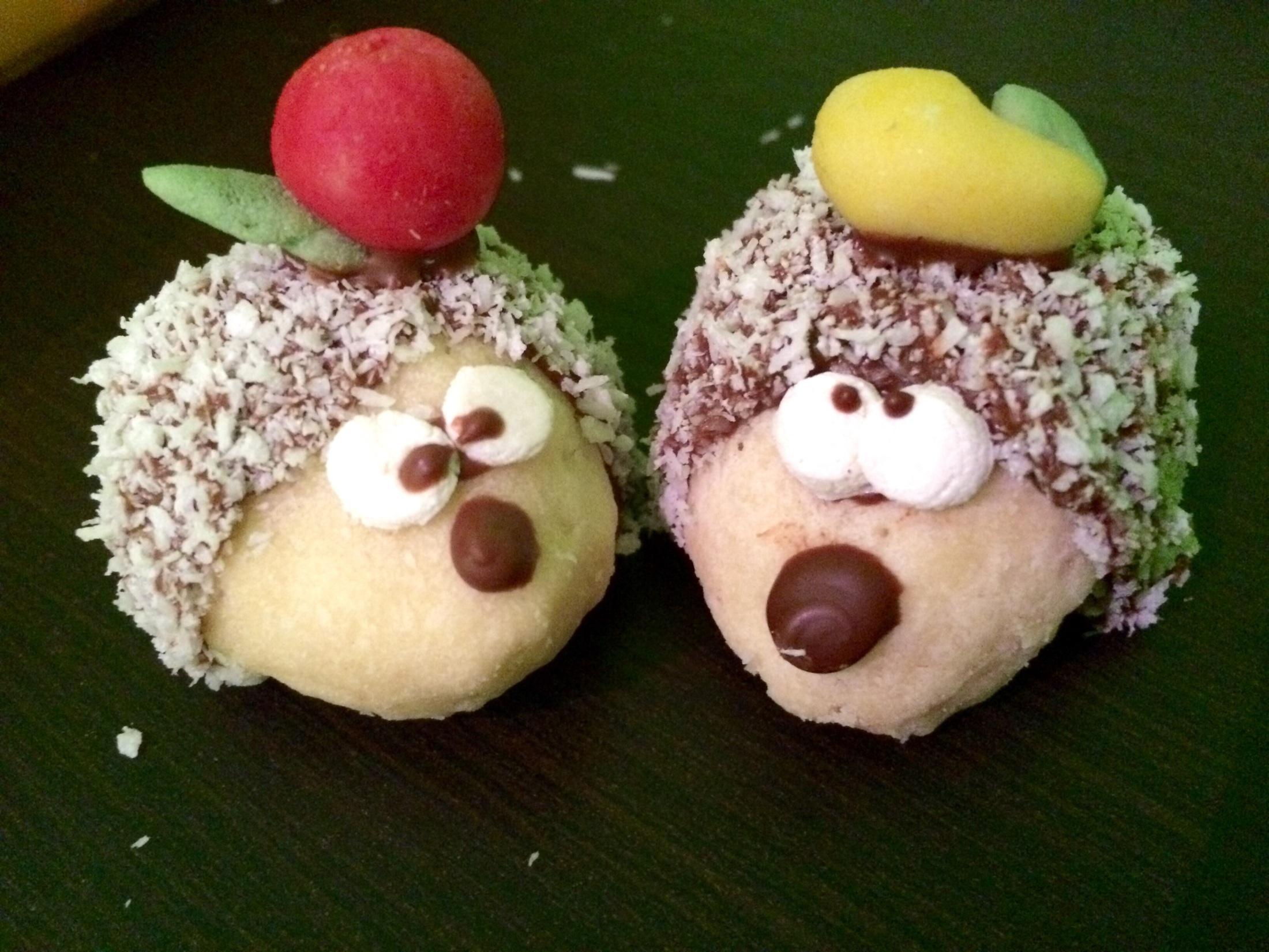 Recept Vánoční ježci - Našla jsem doma i kousek marcipánu, tak jsem je trošku přizdobila :)