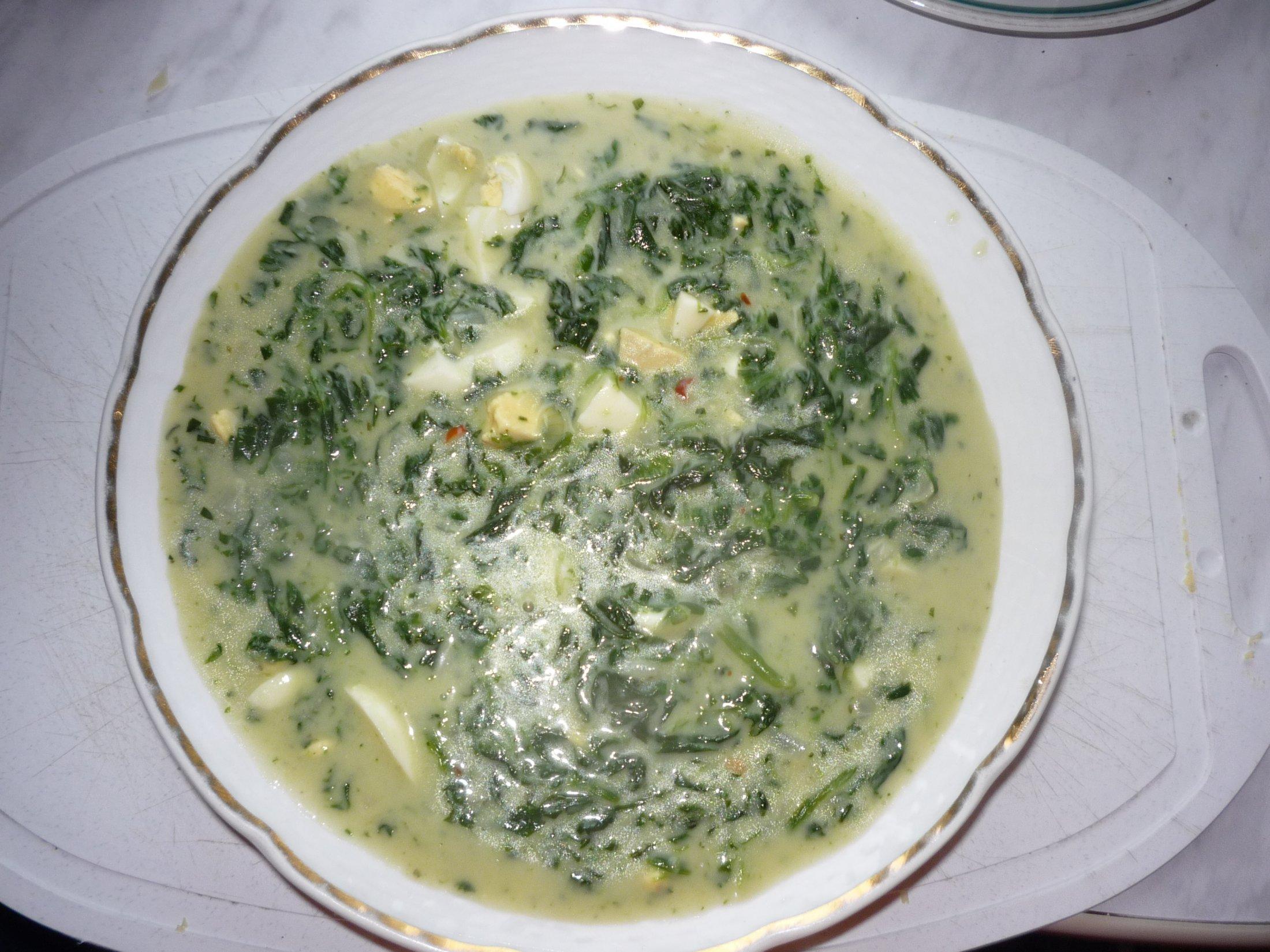 Špenátová polévka se smetanou a vejci