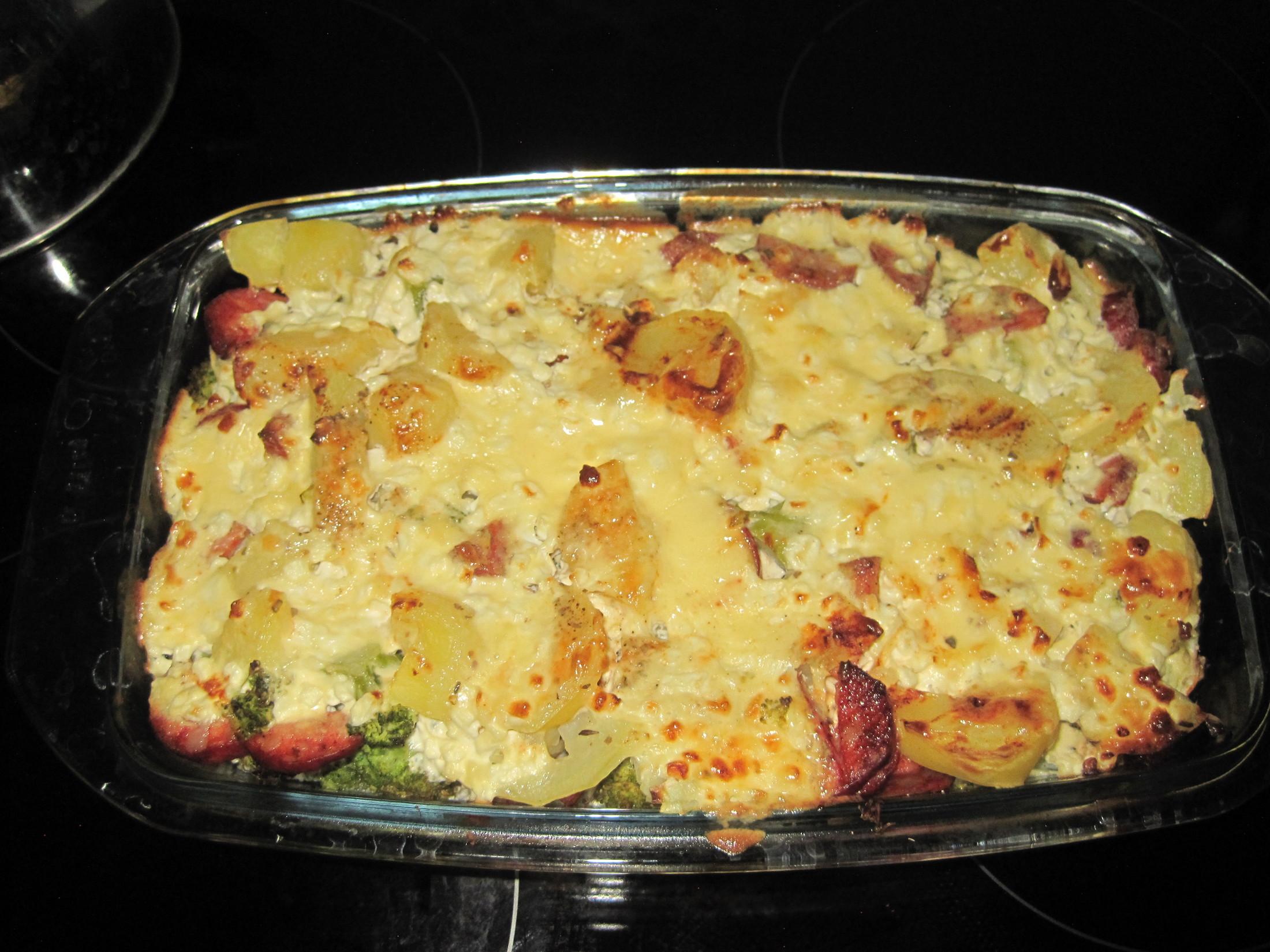 Brambory zapečené s brokolicí a sýrem
