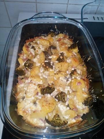 Fotografie receptu: Brambory zapečené s brokolicí a sýrem