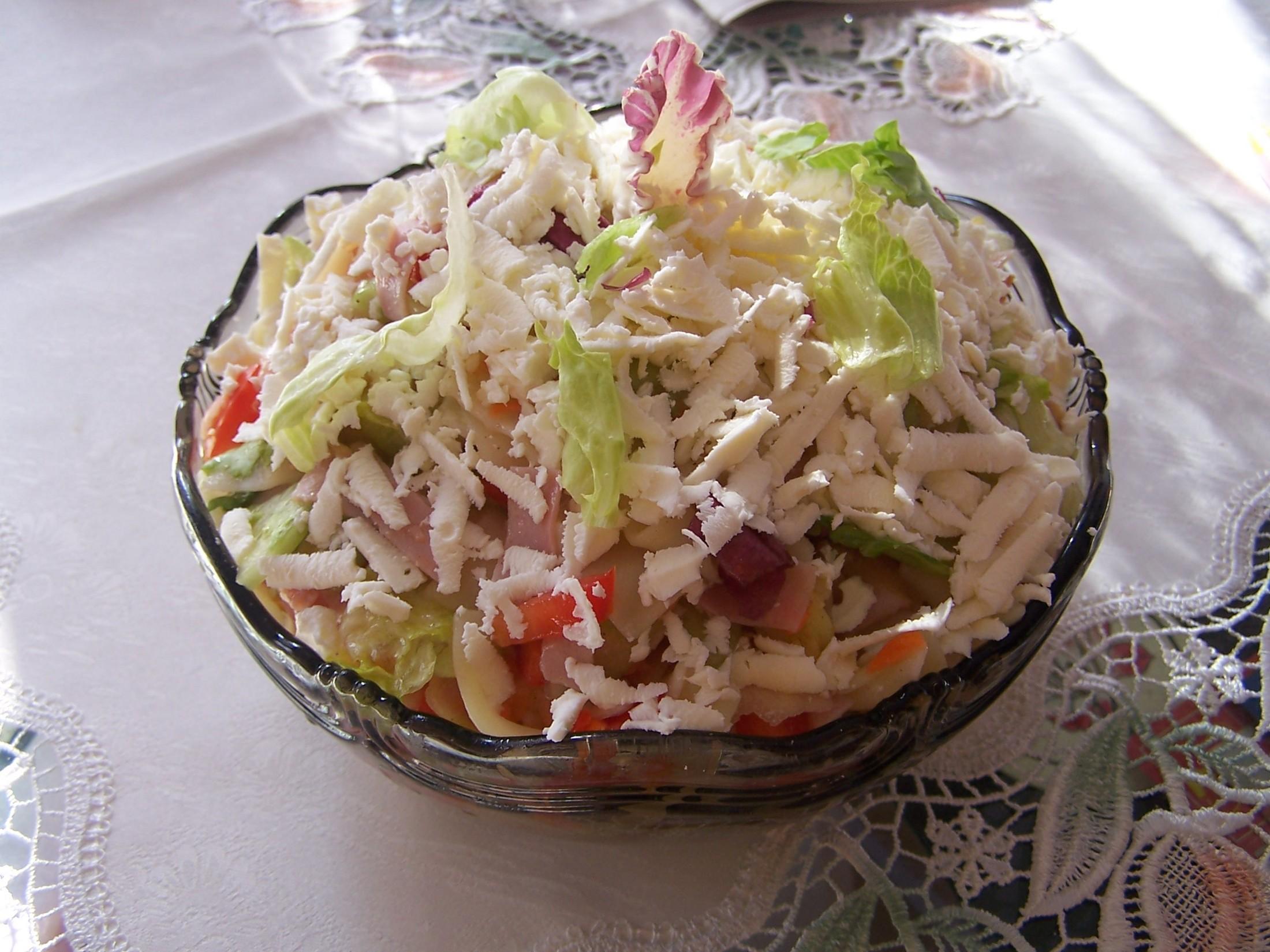 Zeleninový salát doplněný mozzarellou