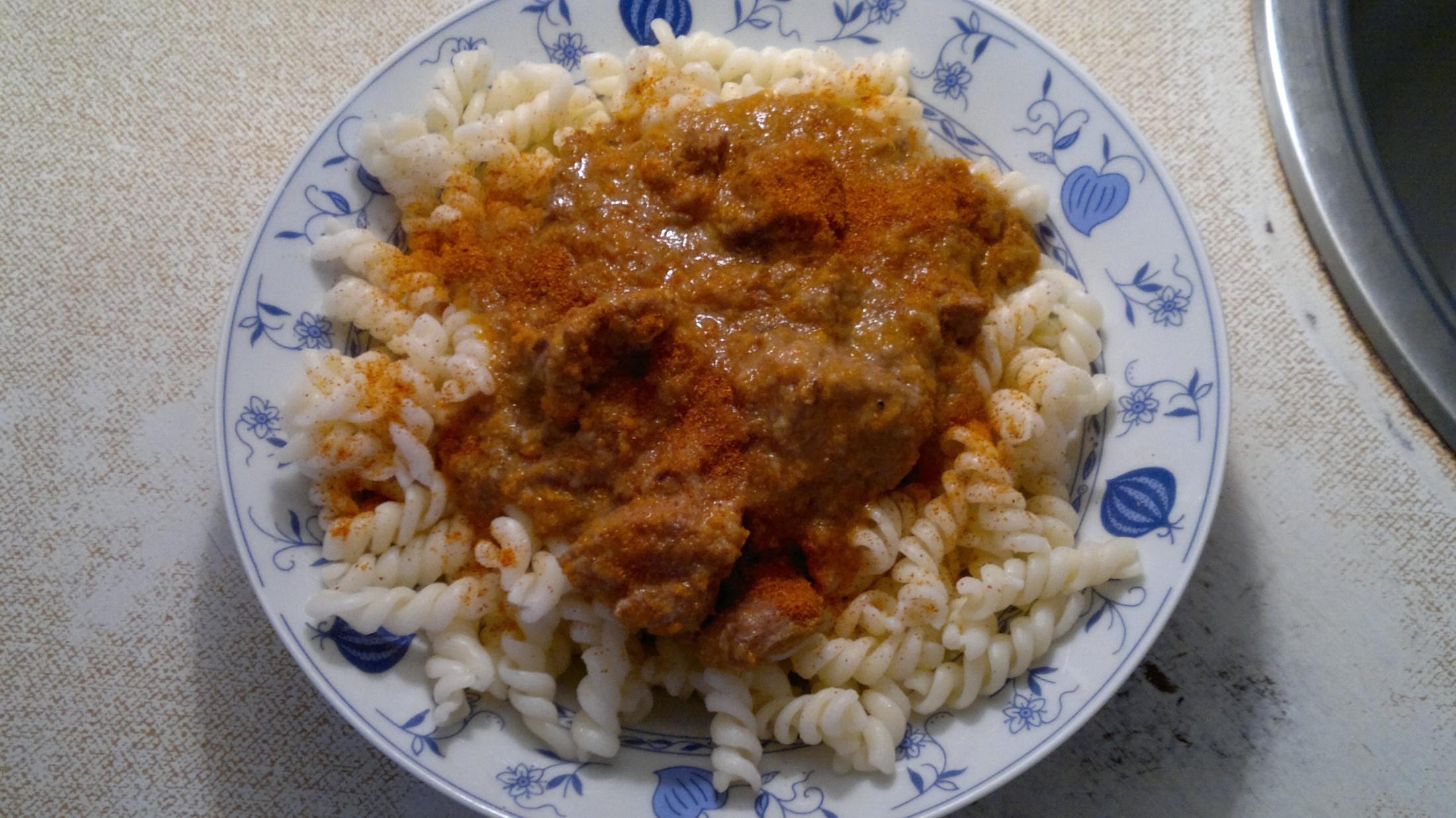 Recept Vepřový gulášek - Vepřový gulášek zahuštěný chlebem a přiostřený chilli papričkami - sušenými a rozemletými. Gulášek podáváme s vrtulemi
