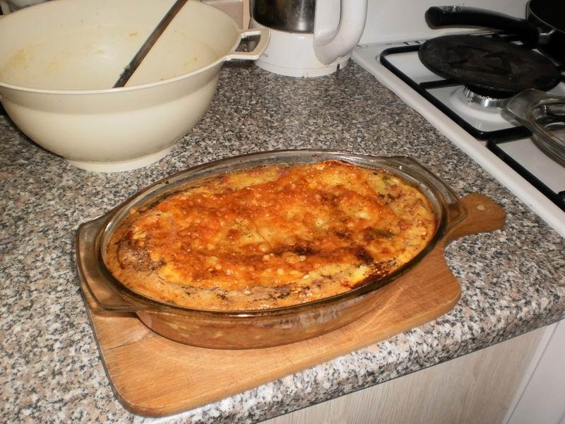 Recept Zapečené brambory se salámem - Zapečené brambory se salámem těsně po vyndání z trouby.