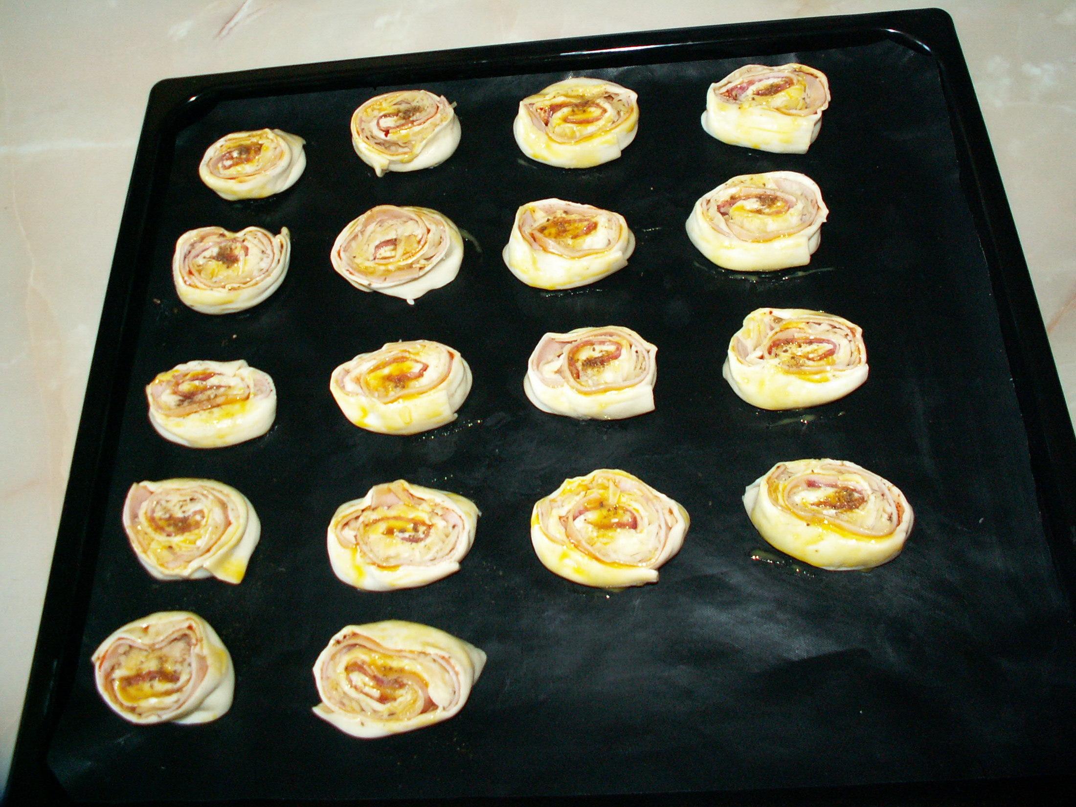 Recept Pizza šneci - Na pečícím papíru před upečením.