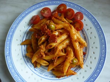 Fotografie receptu: Těstoviny s tuňákem, olivami a sušenými rajčaty