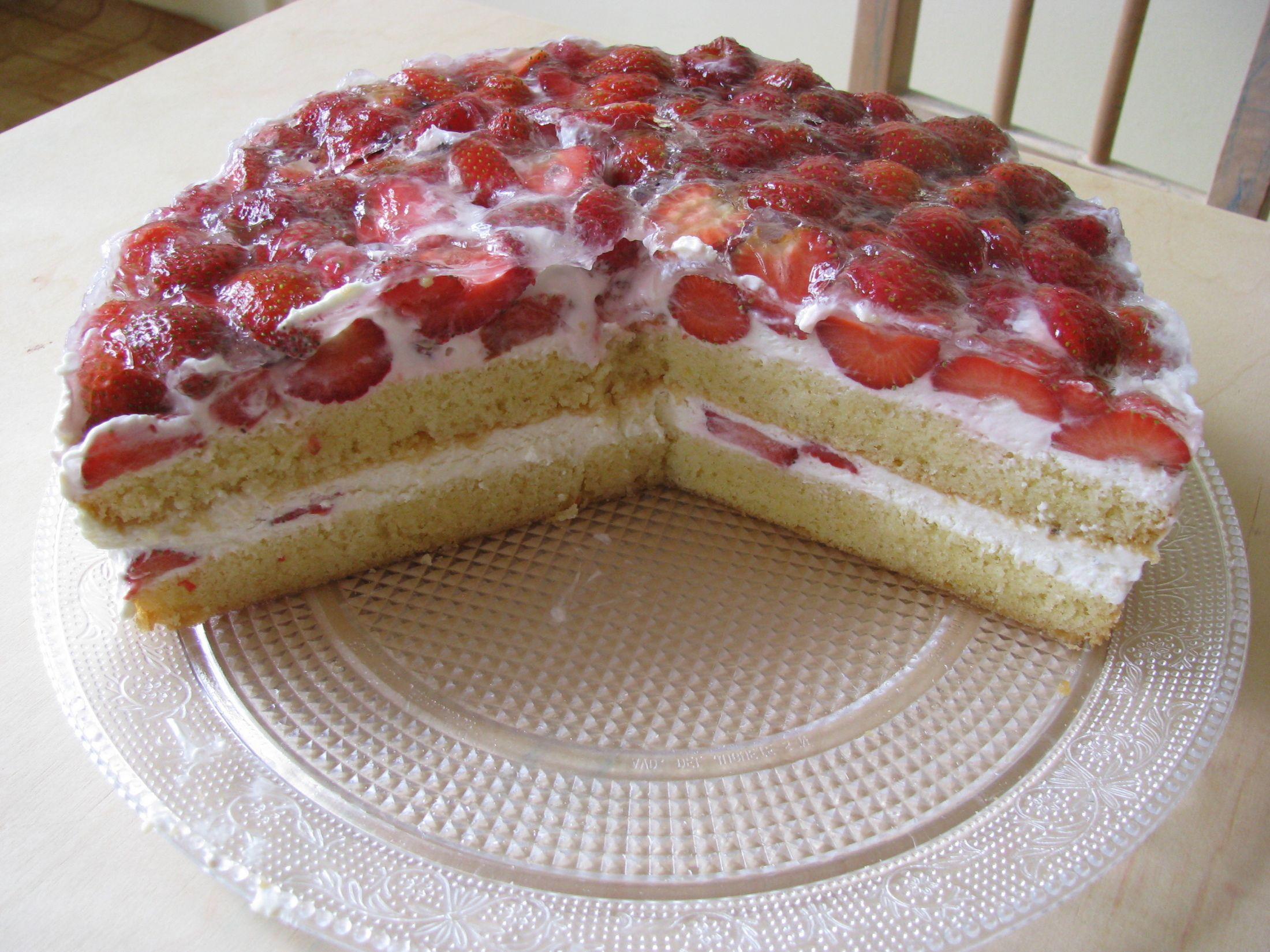 Recept Tvarohovo-jahodový dort - Rozkrojený dort