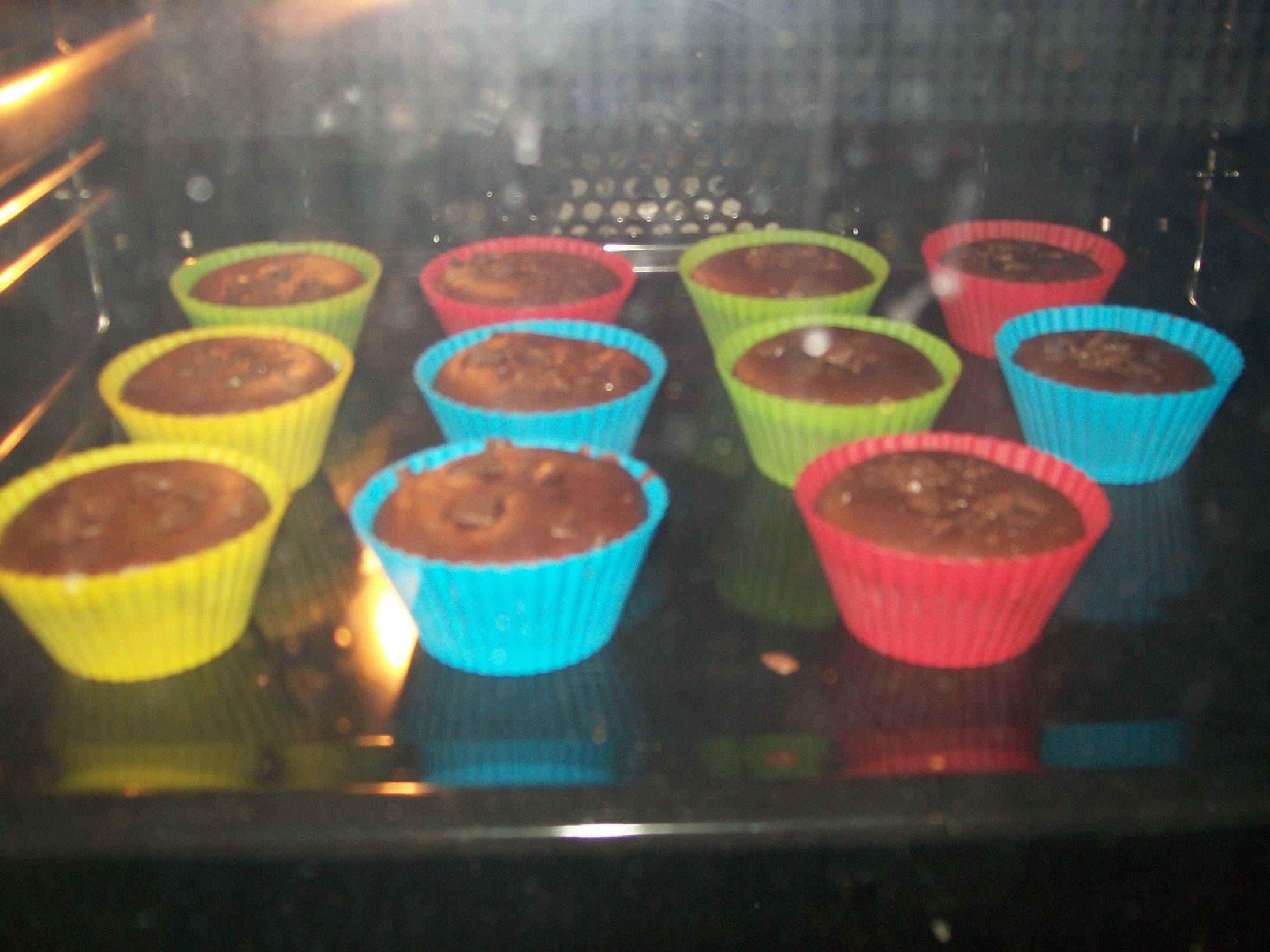 Recept Domácí čokoládové muffiny - Po necelých 10 minutách v troubě.