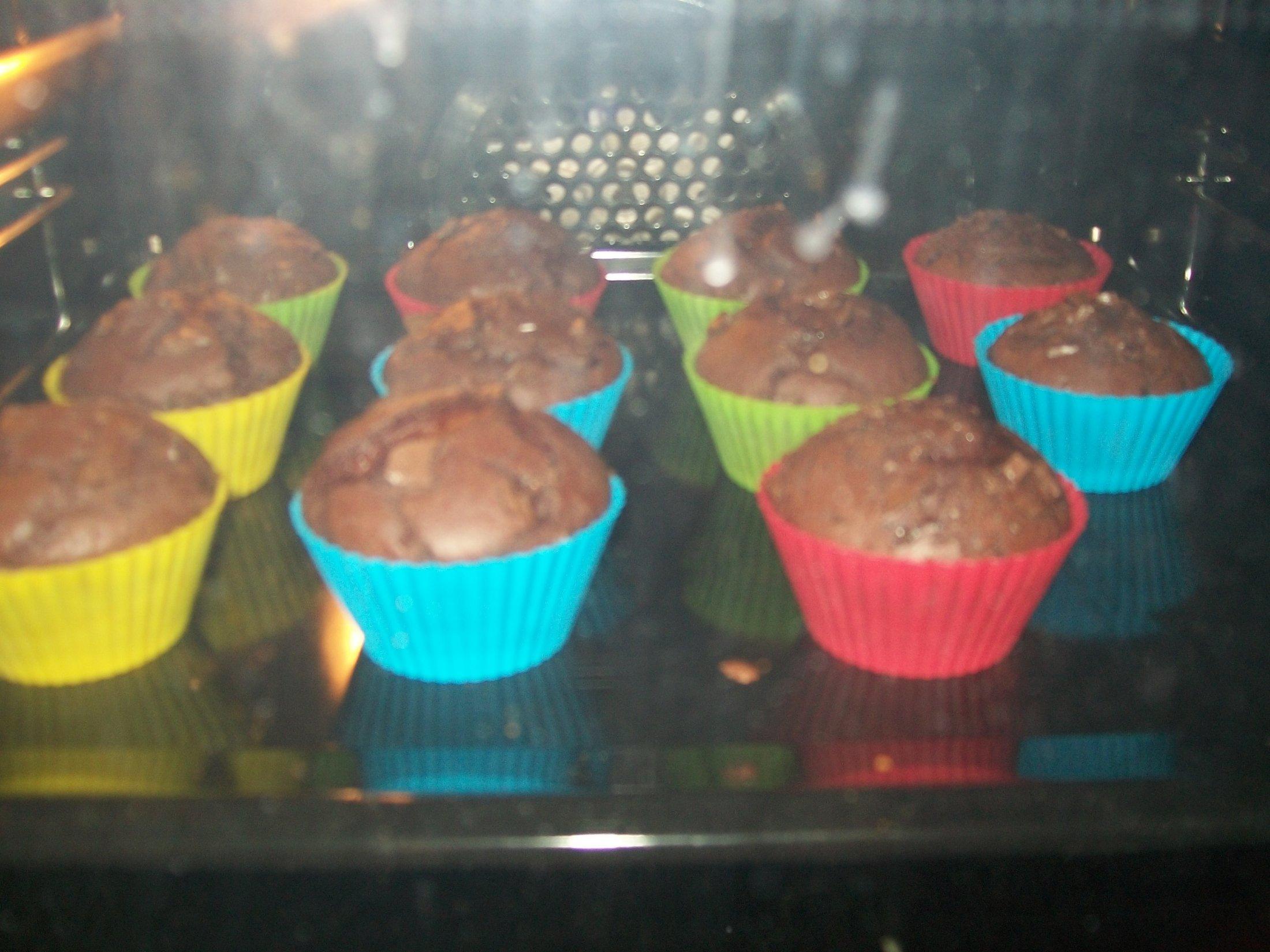 Recept Domácí čokoládové muffiny - Těsně před vyndáním z trouby.