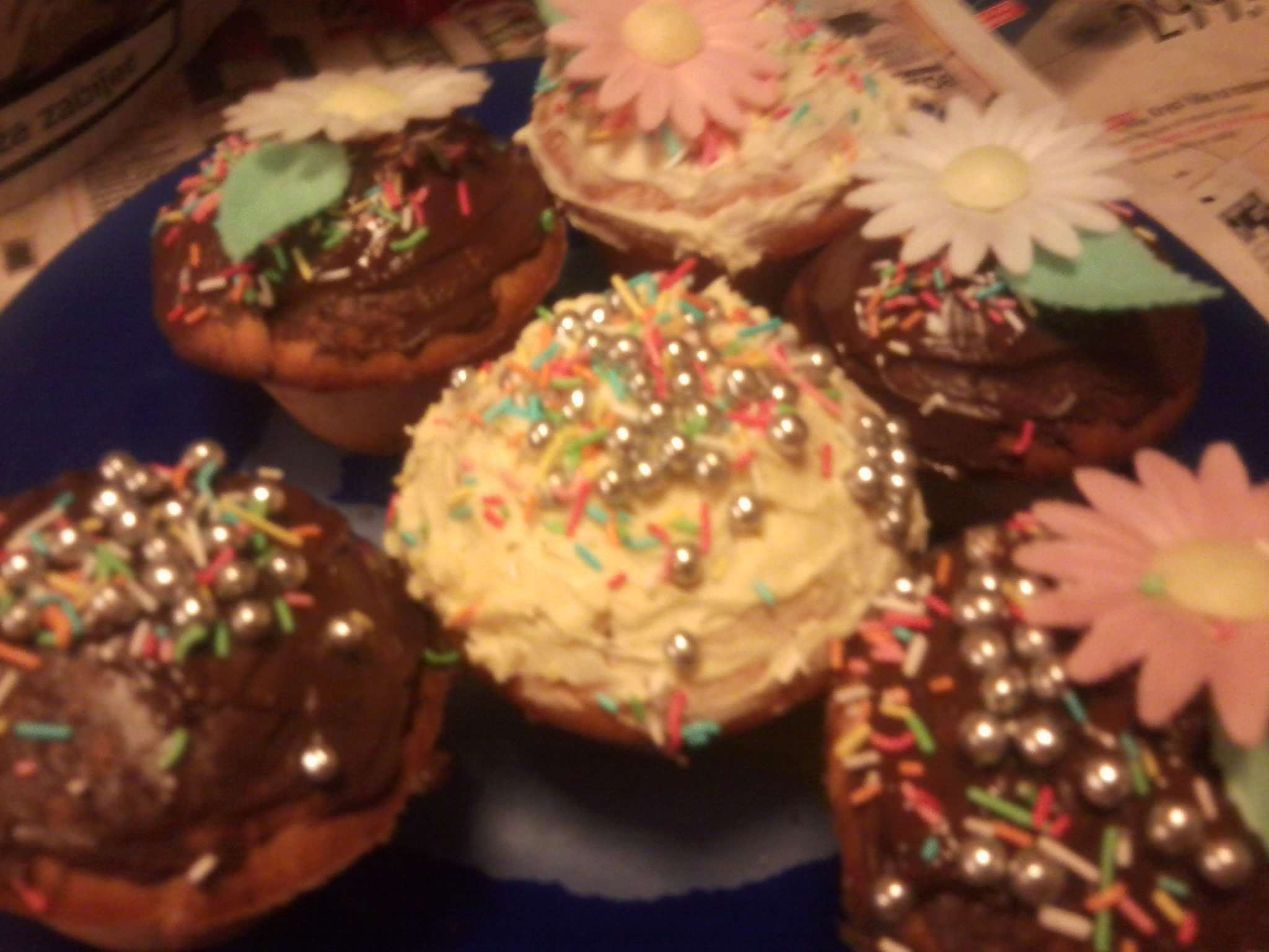 Recept Jogurtové muffiny - Jogurtové muffiny s kousky bílé čokolády a s čokoládovou polevou,