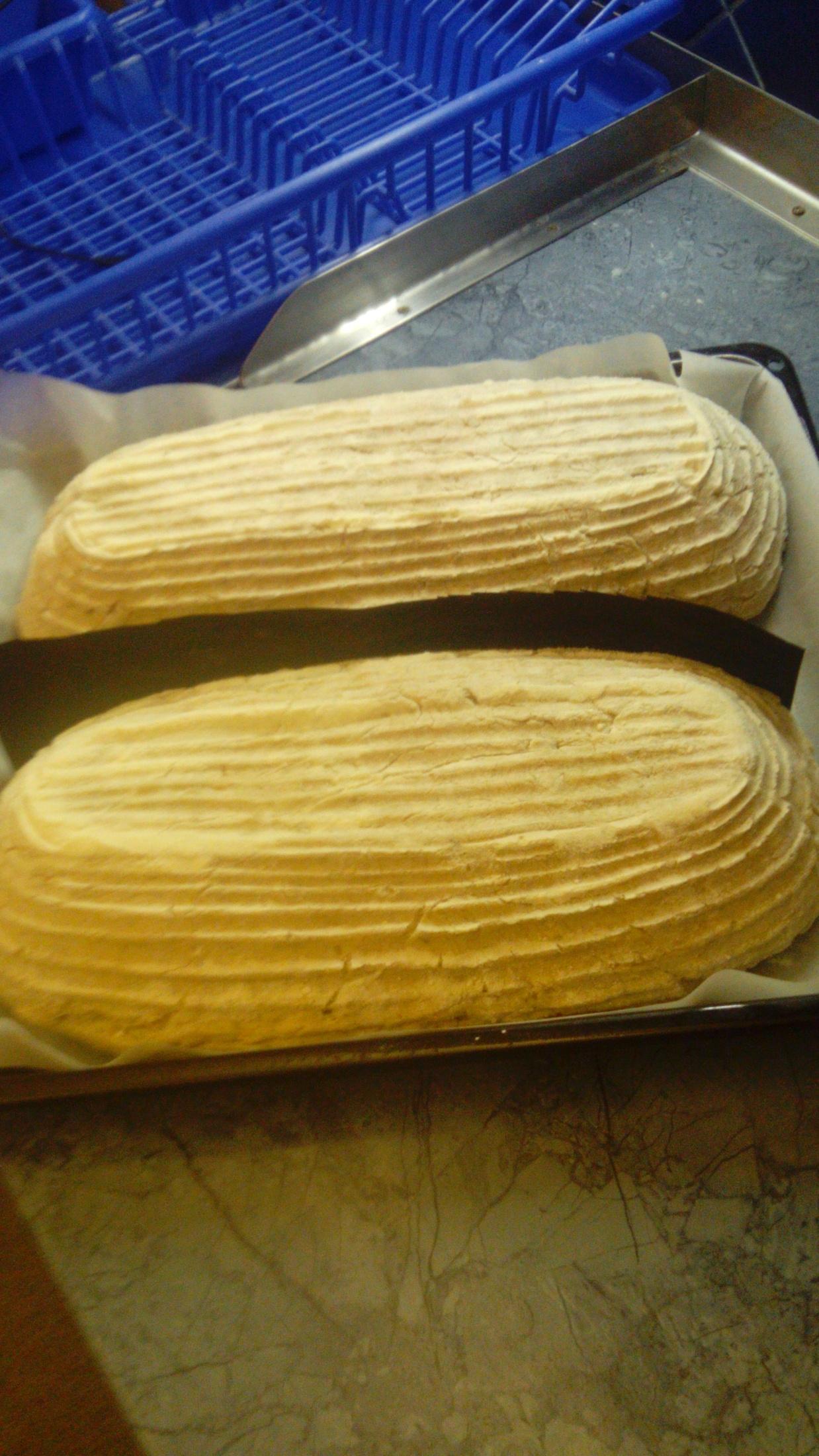 Recept Chléb z žitného kvásku - Uprostred je folie aby se chleby neslepily.