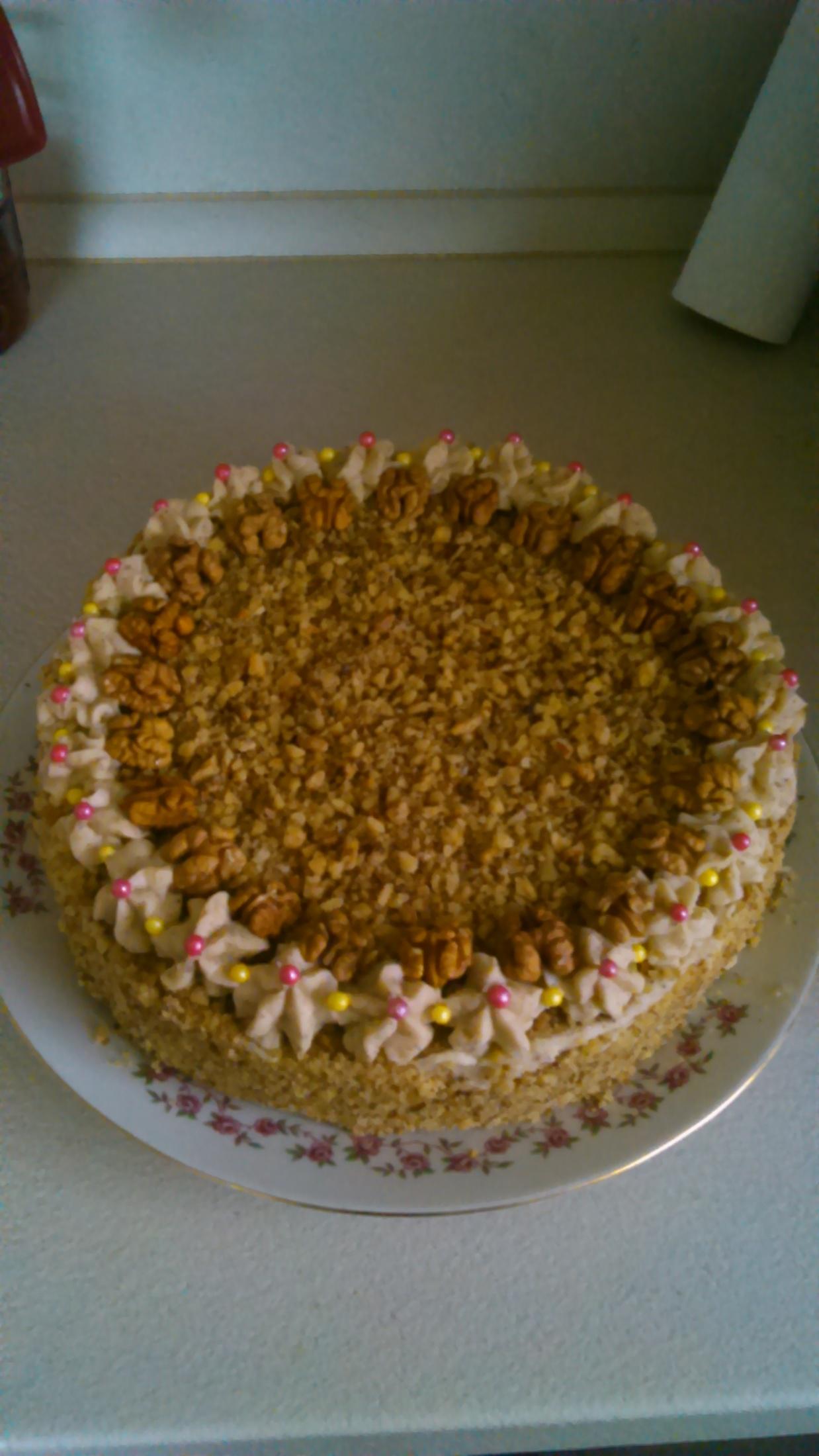 Recept Ořechový dort s kávovým krémem - Ozdobeno cukrovými barevnými kuličkami