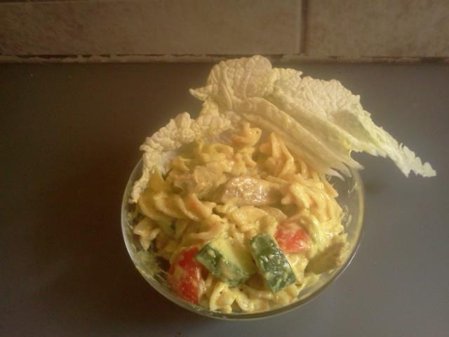 Kari těstovinový salát s kuřecím masem