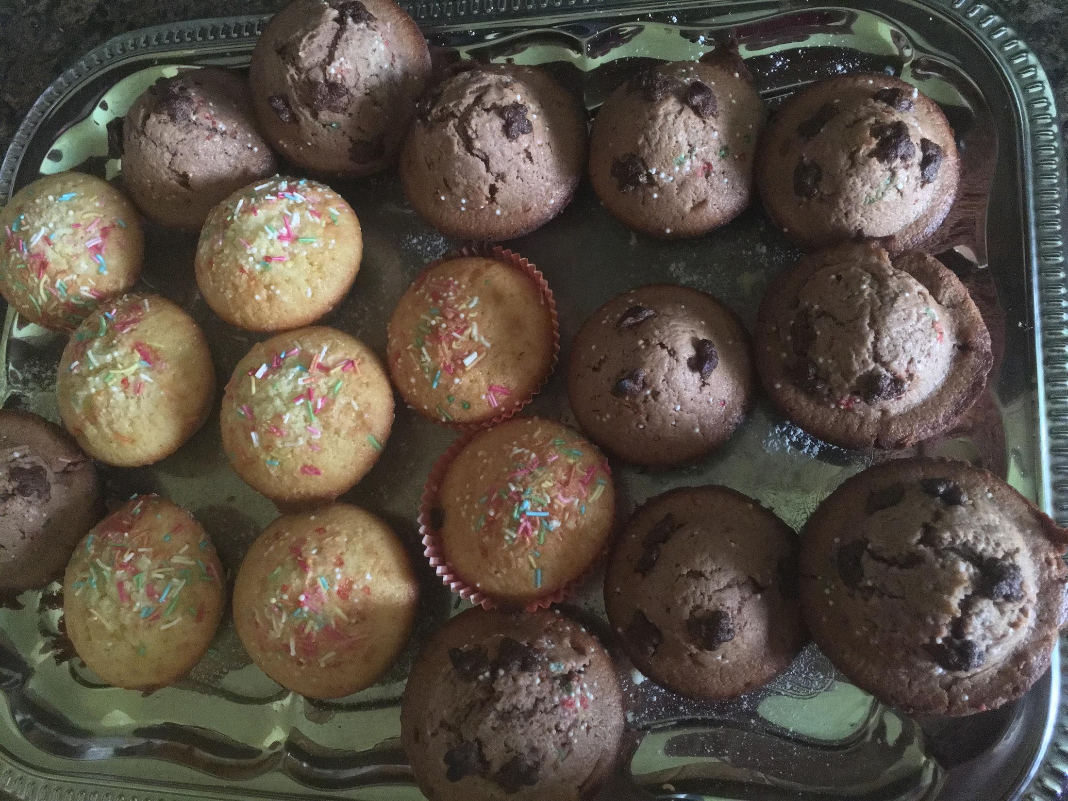 Recept Výborné jednoduché muffiny - Zbytek muffinků po deseti minutách (ještě horkých) - bylo jich 24