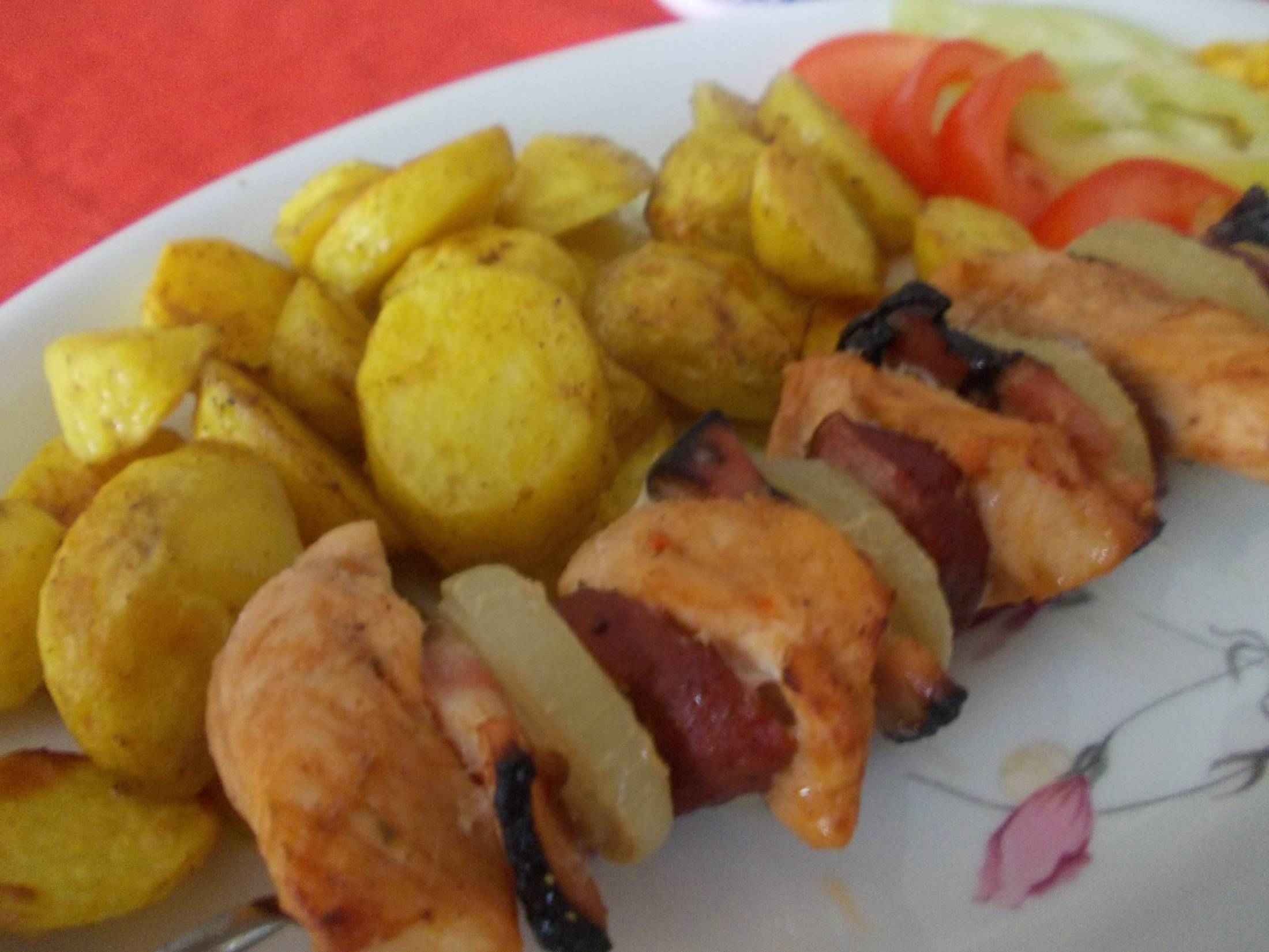 Recept Kuřecí ražniči s klobásou a pečenými bramborovými dukátky - Kuřecí ražniči s klobásou a pečenými bramborovými dukátky
