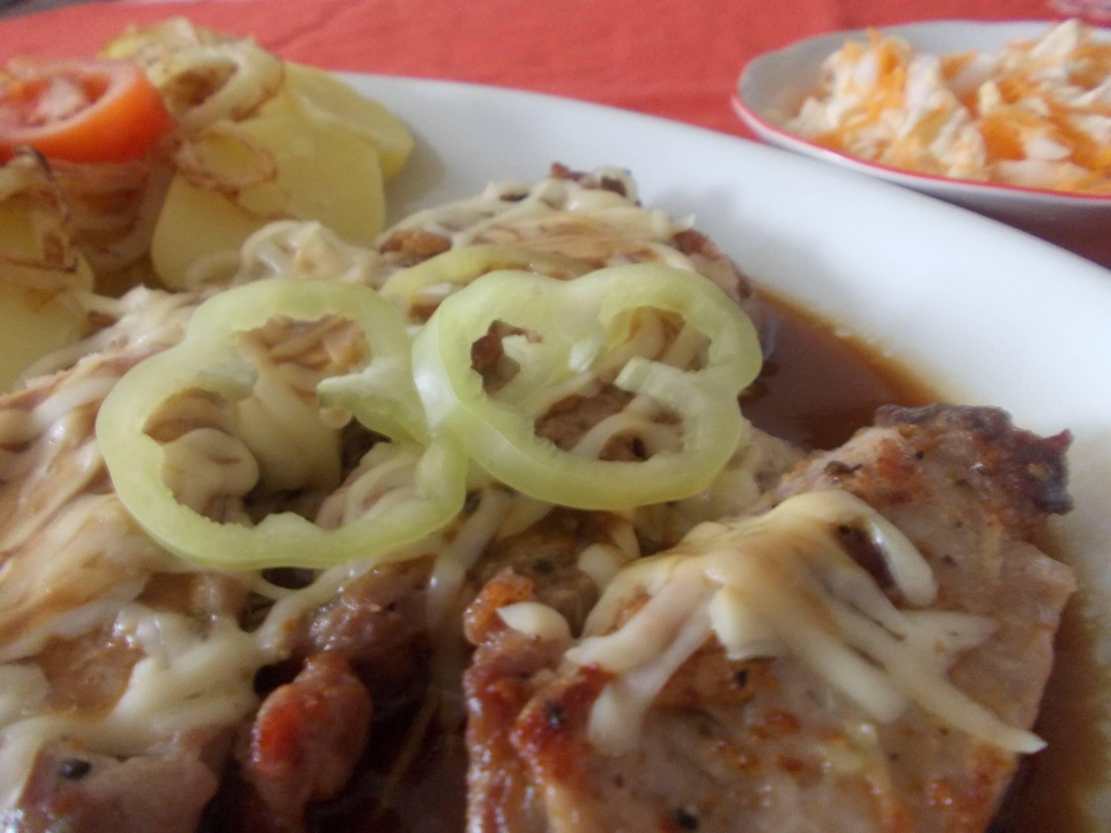 Fotografie receptu: Vepřové medailonky s bramborem a smaženými cibulovými kroužky