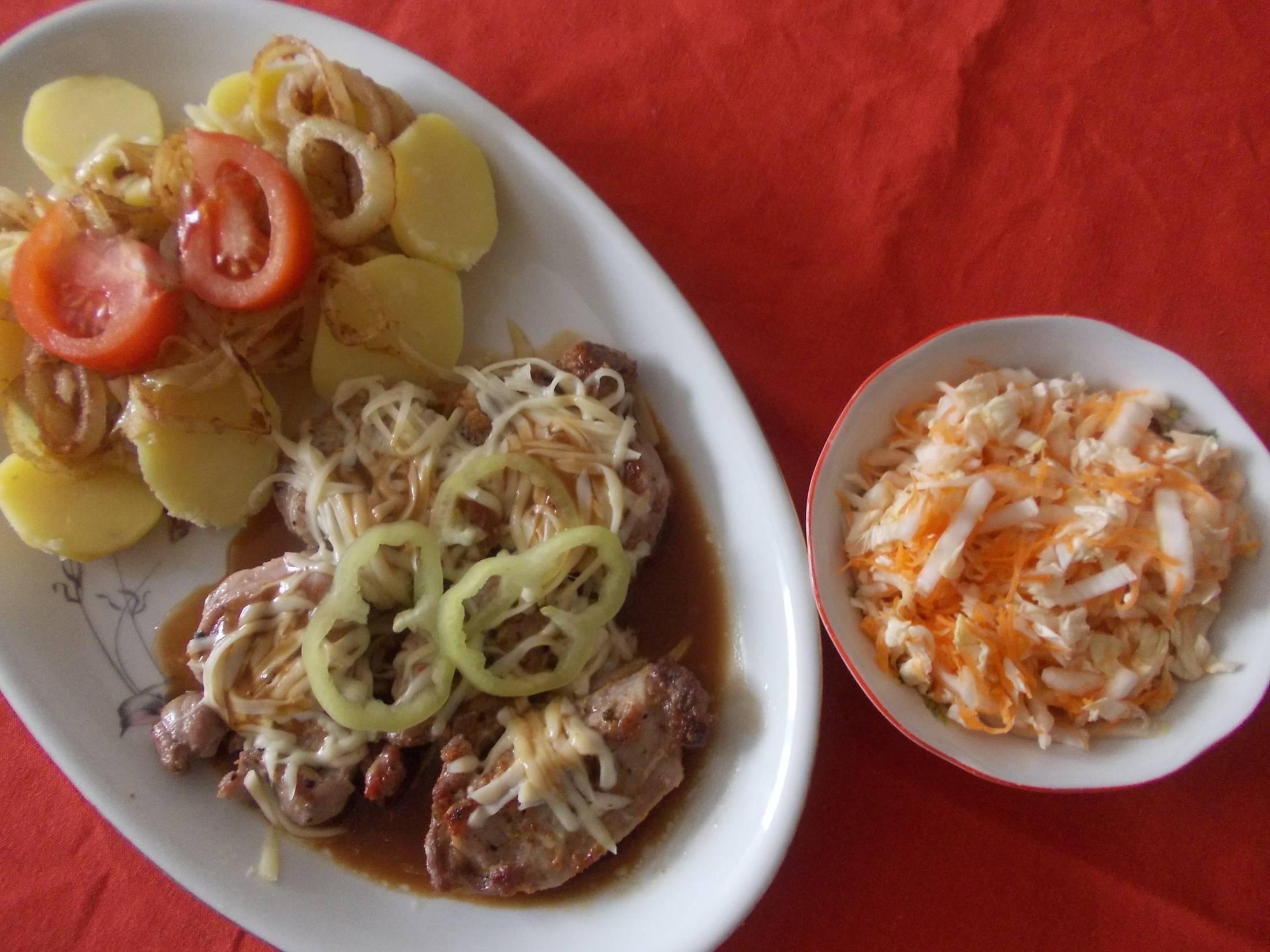 Recept Vepřové medailonky s bramborem a smaženými cibulovými kroužky - Vepřové medailonky s bramborem a smaženými cibulovými kroužky