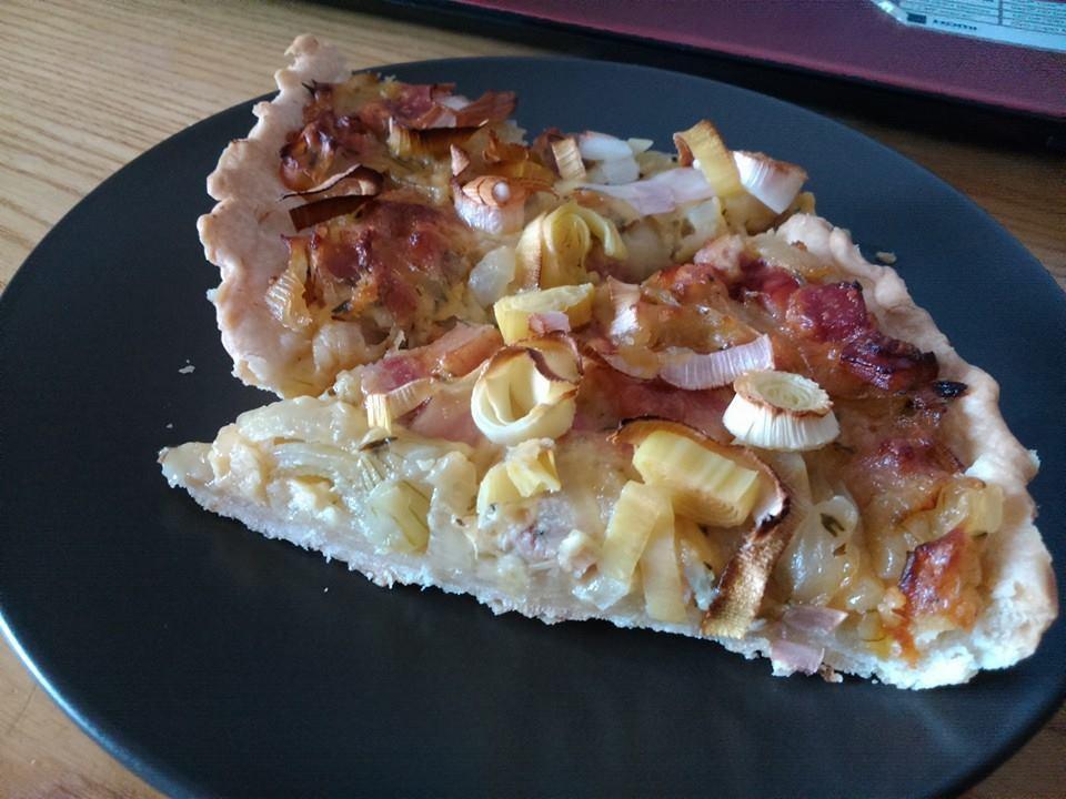 Recept Quiche s cibulí - Místo jarní cibulky jsem dala pórek, kterým jsem posypala povrch koláče :)