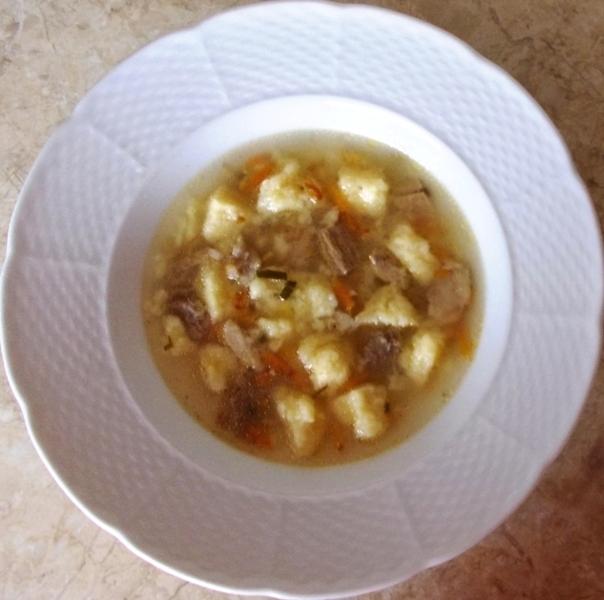 Recept Sýrové noky do polévky - Polévka z vepřových kostí se sýrovými  noky.