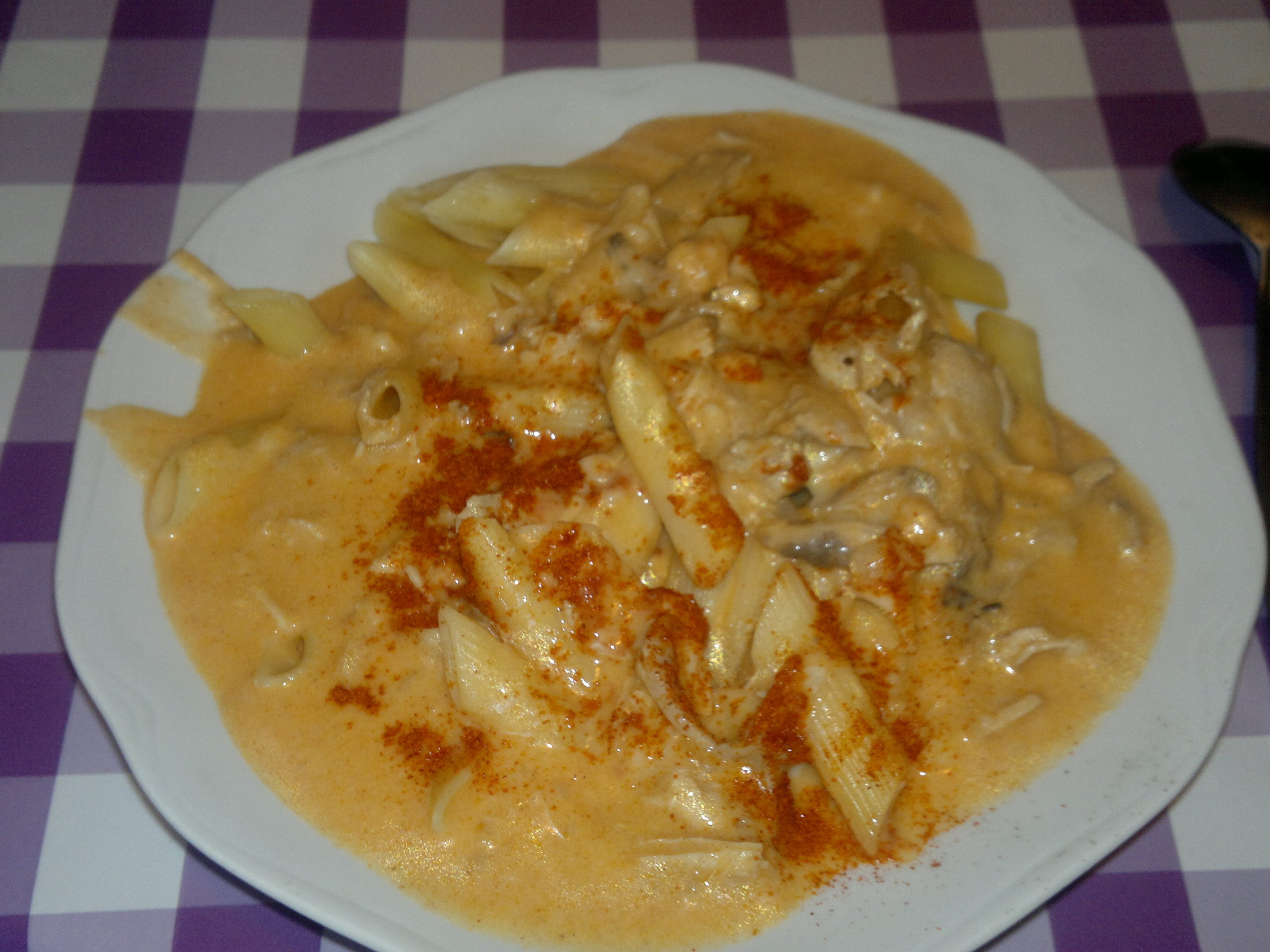 Recept Kuře na paprice podle Šárky - Kuře na paprice, hustá smetana a sekané drenážky ochucené krapet chillim