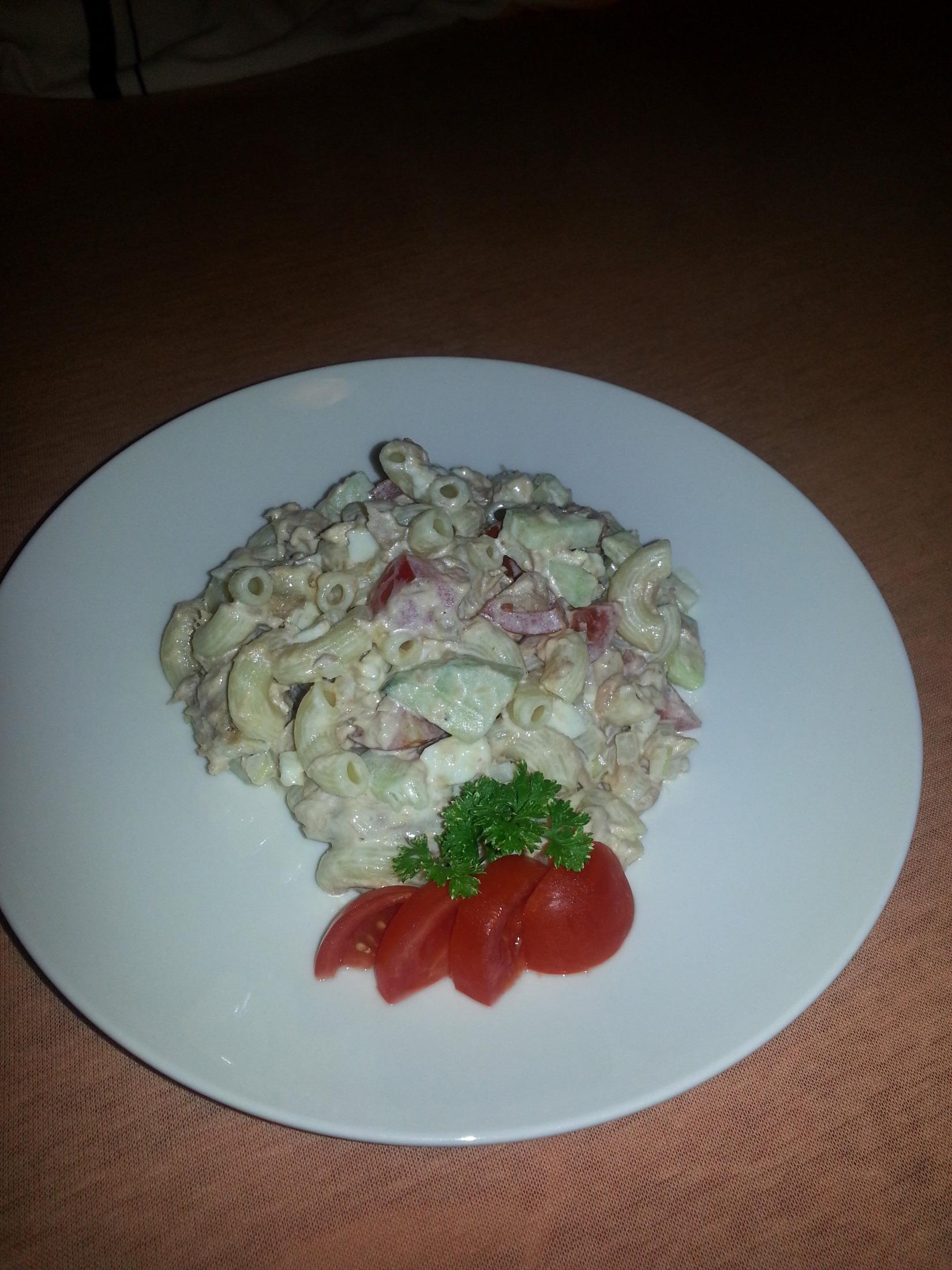 Těstovinový salát s tuňákem, zeleninou a majonézou