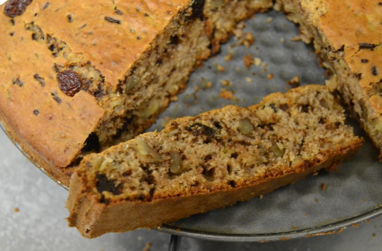 Recept Banánovo-čokoládový koláč s ořechy a sušenými švestkami - Nakrájeny koláč