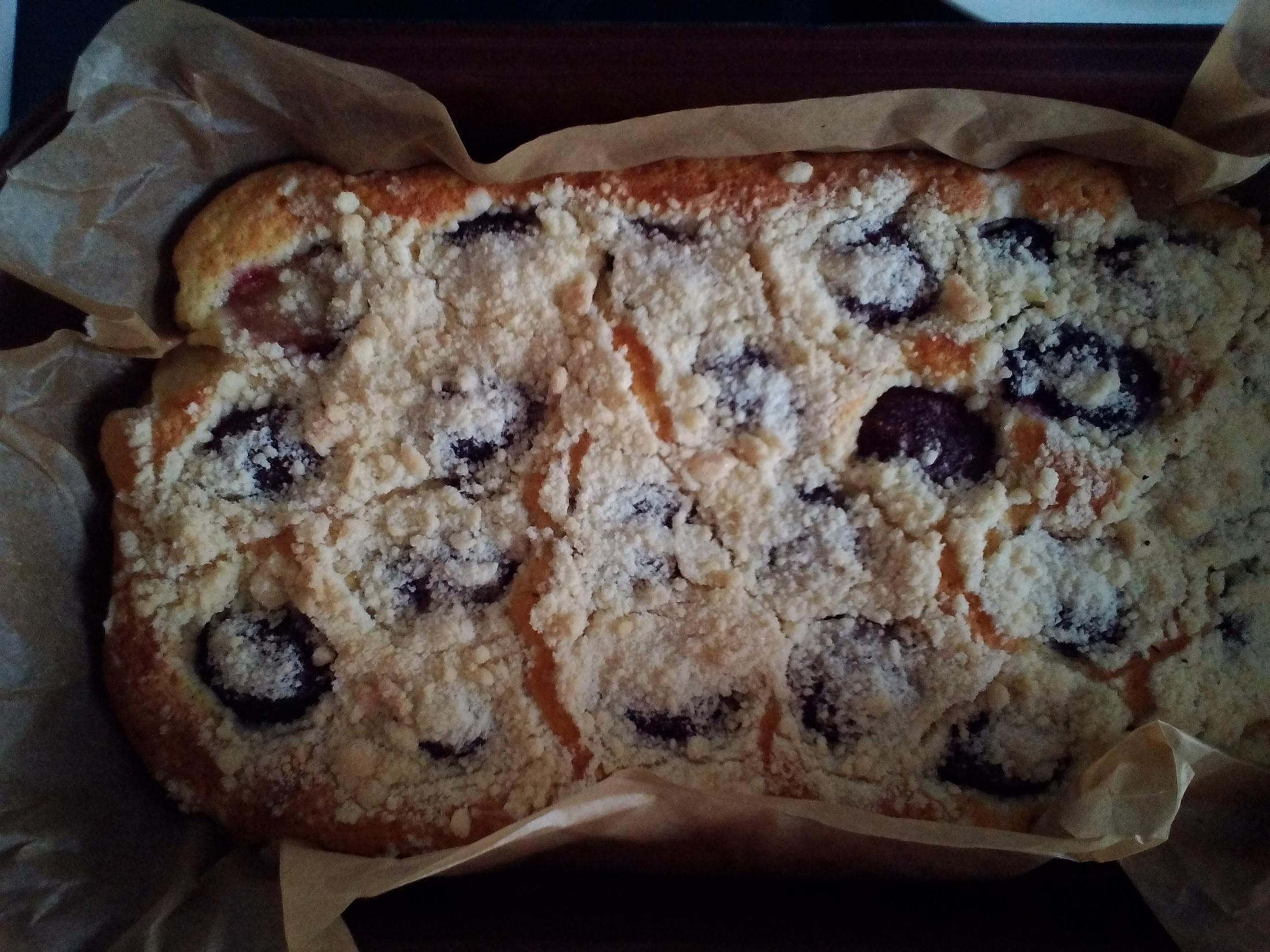 Hrnkový švestkový koláč s drobenkou