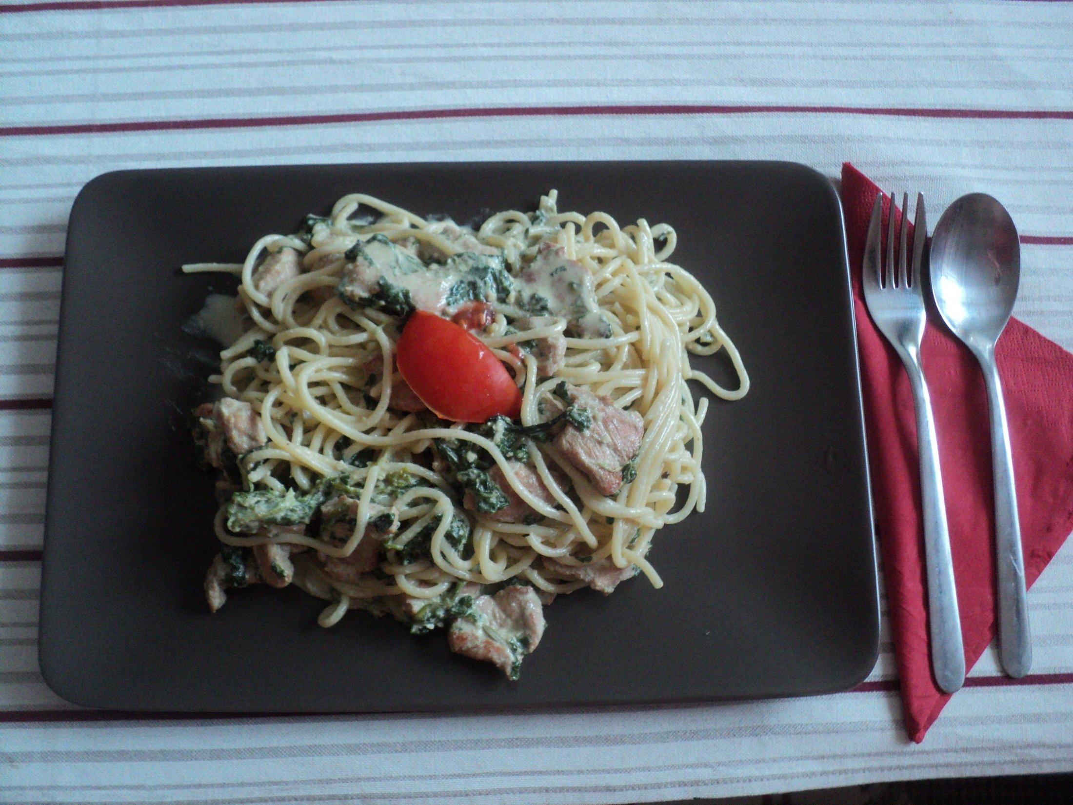 Špagety s listovým špenátem a kuřecím masem na rozmarýnu