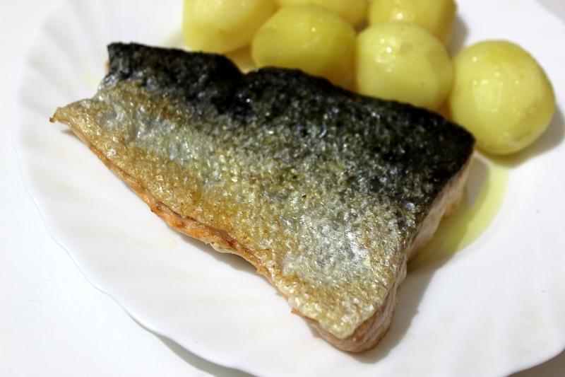 Recept Losos na másle - Losos na přepuštěném másle, použít ještě tymián a hrubozrnná sůl, nic víc není potřeba. Asi 4 minuty po každé straně, nejprve kůží dolů.