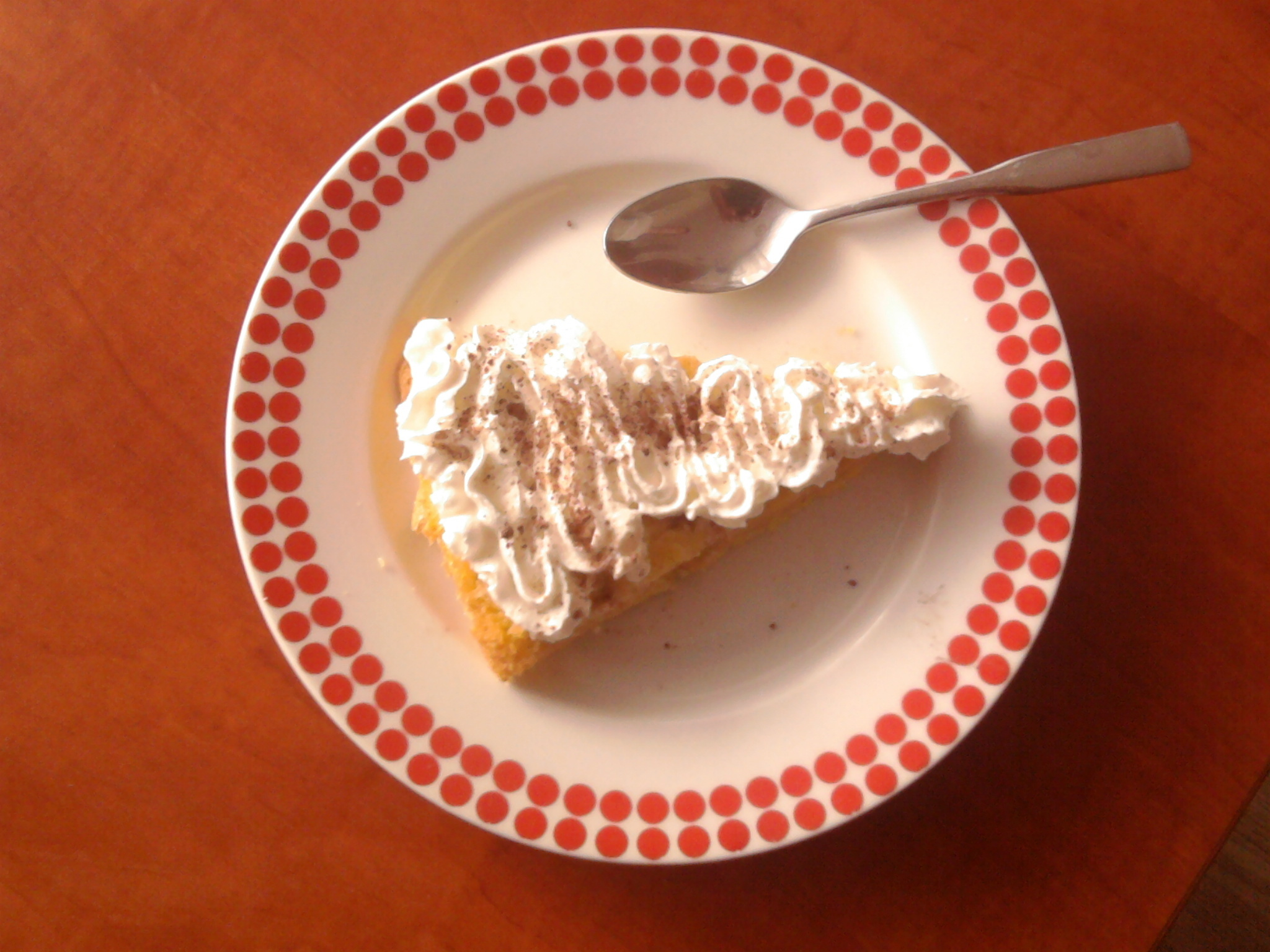 Obrácený piškotový koláč s jablky