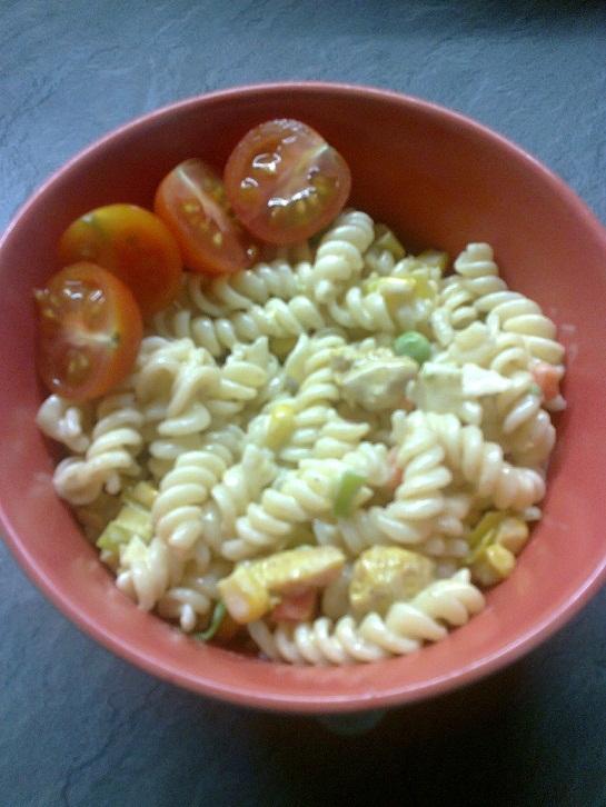 Recept Těstovinový salát s kuřecím masem a zeleninou - Hotový těstovinový salát s kuřecím masem a zeleninou