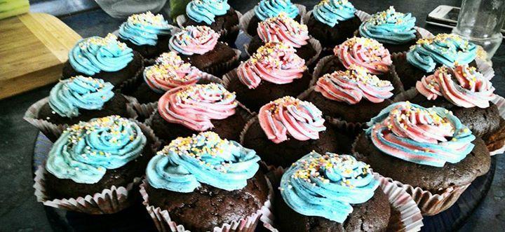 Recept Nejlepší kakaové muffiny - Muffiny s obarveným vanilkovým krémem