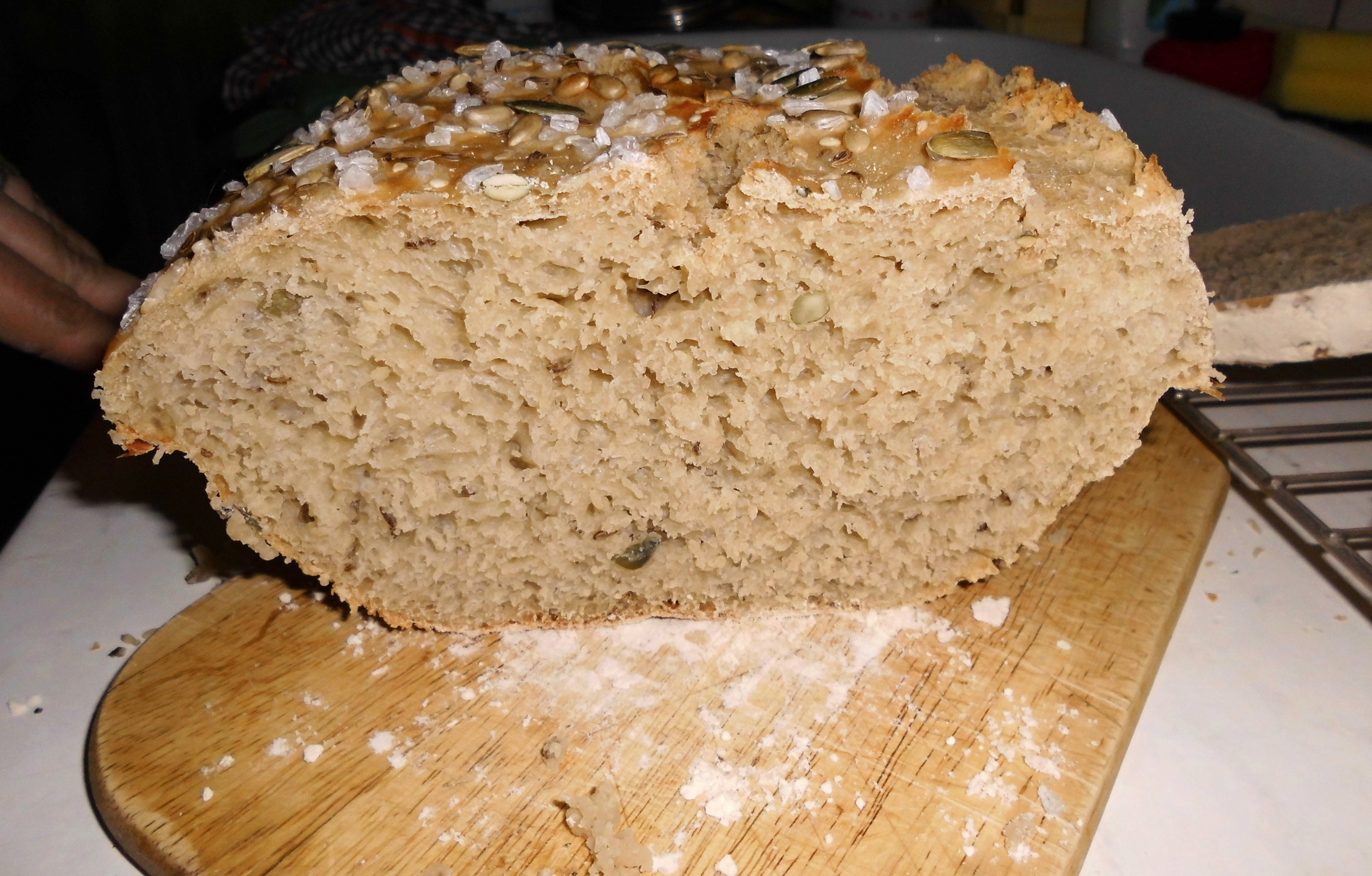Recept Kájin chleba - Na řezu jsou vidět semínka