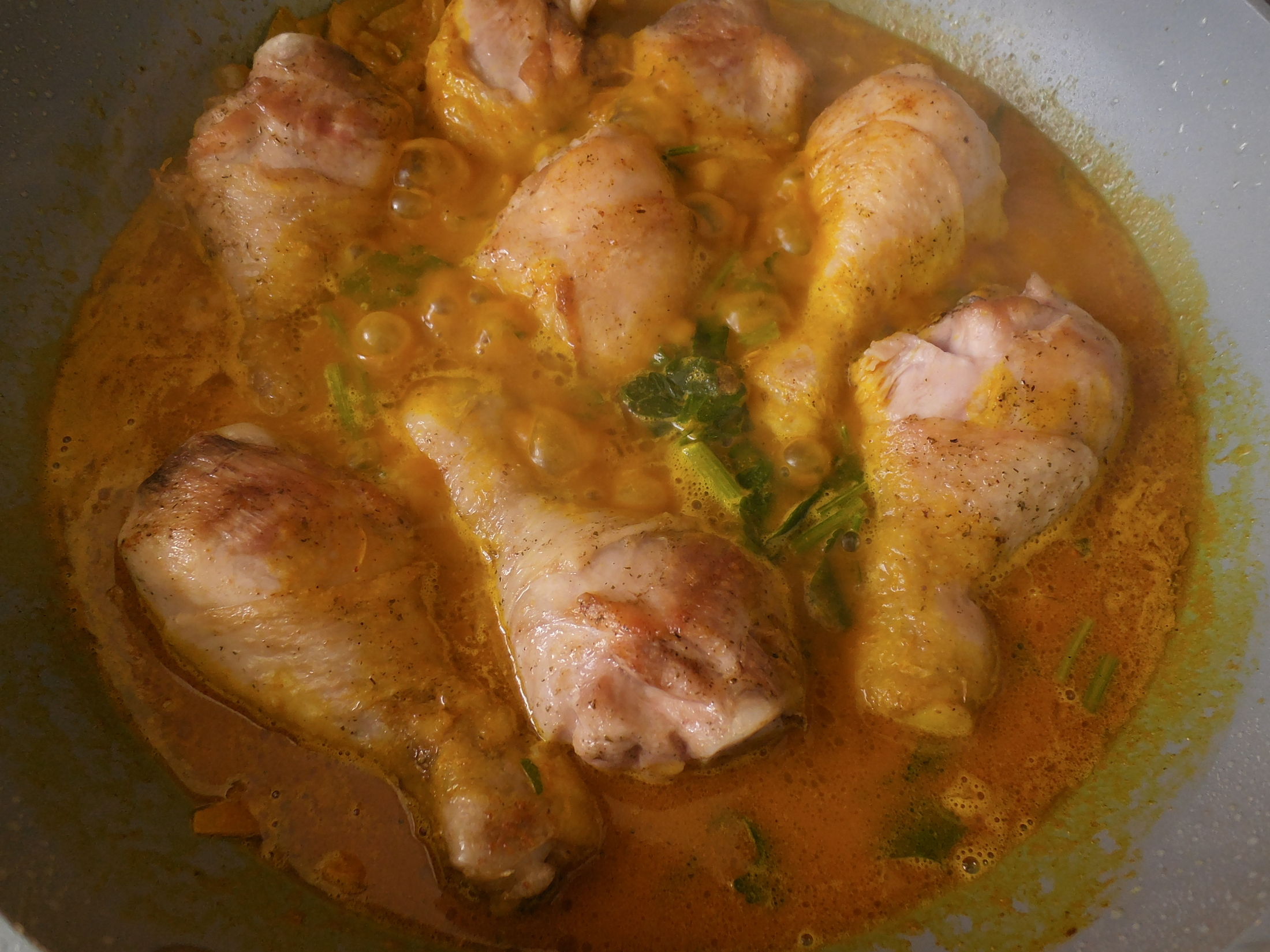 Recept Indické karí s kuřecími paličkami - přidali jsme vodu/vývar a paličky
