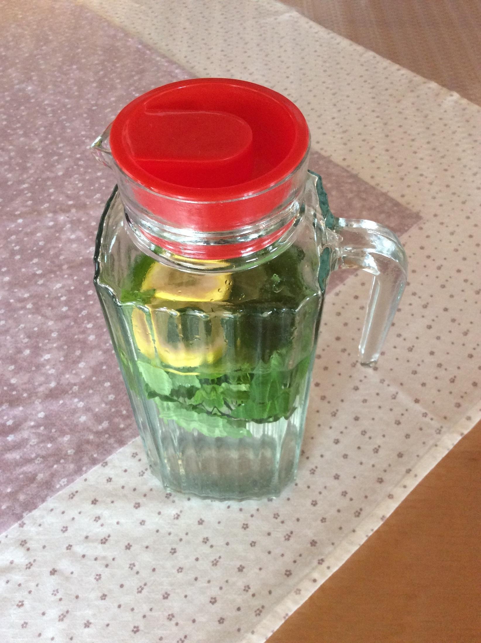 Recept Meduňkový sirup - Naředěný sirup s vodou :)