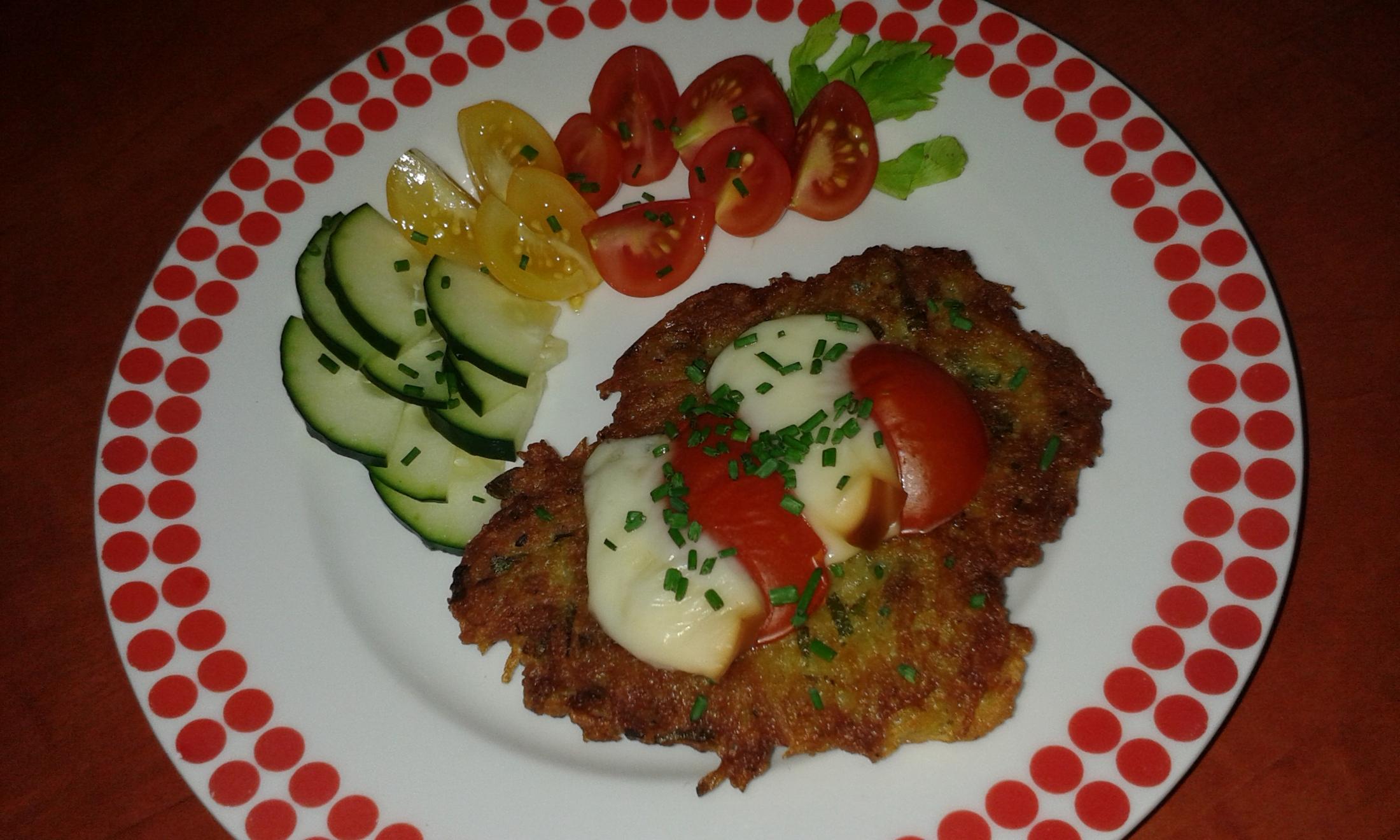 Fotografie receptu: Křupavé placičky s rajčaty a sýrem