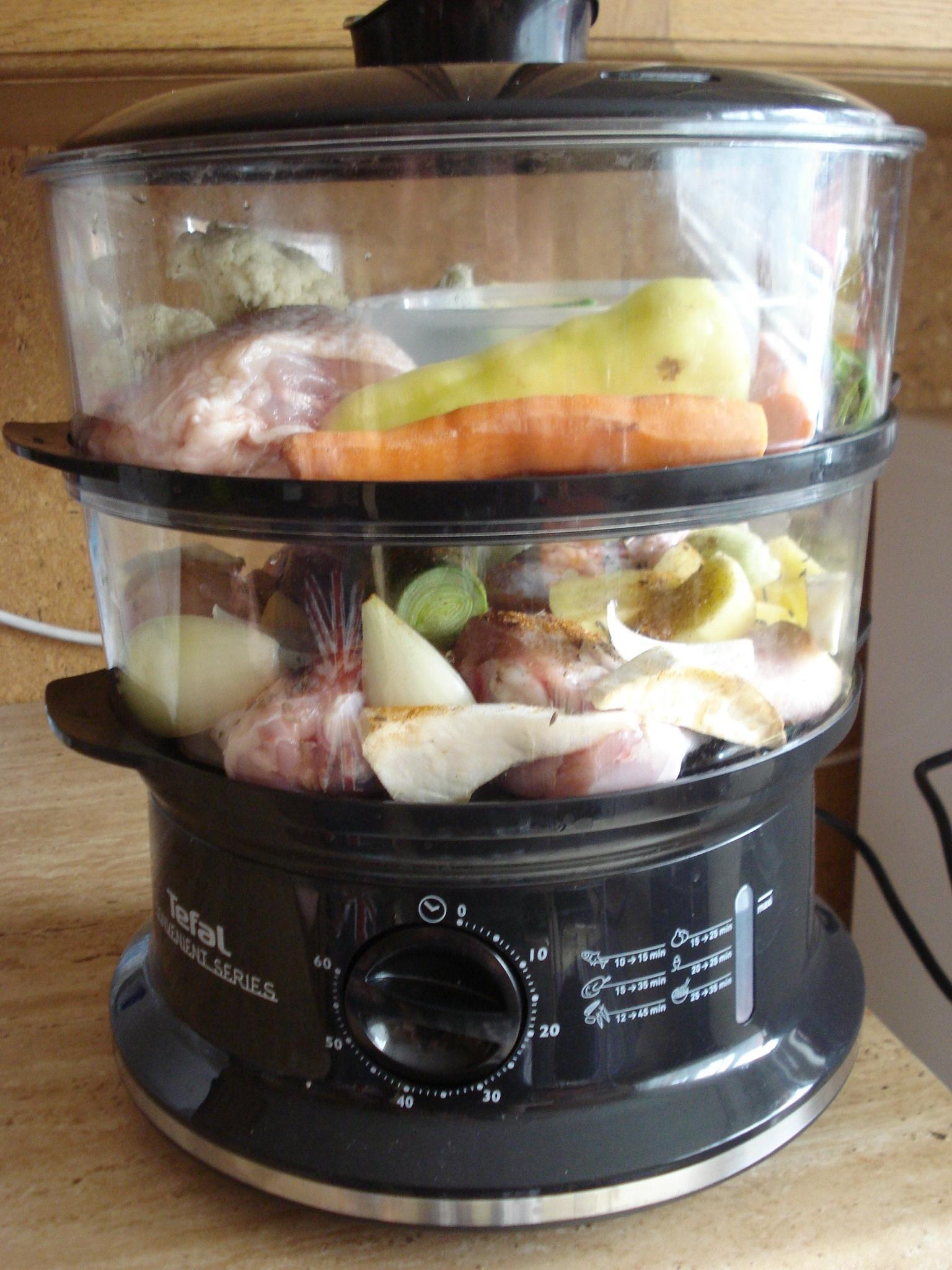 Kuřecí stehýnka s brambory a zeleninou v páře