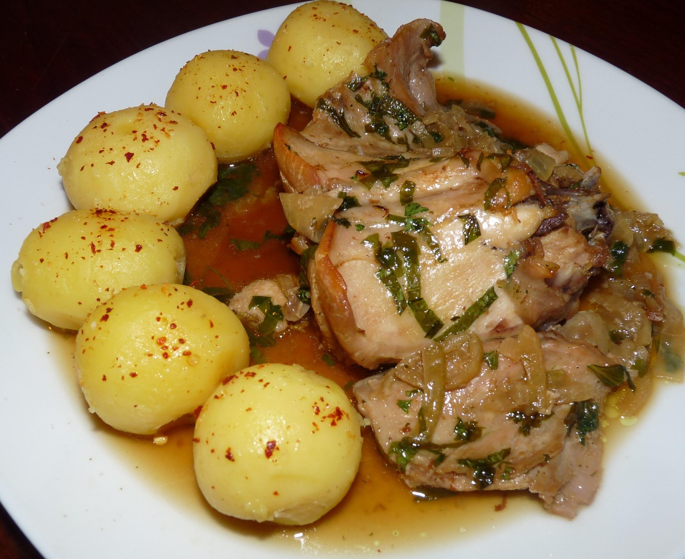 Pečený králík s česnekem a bylinkami