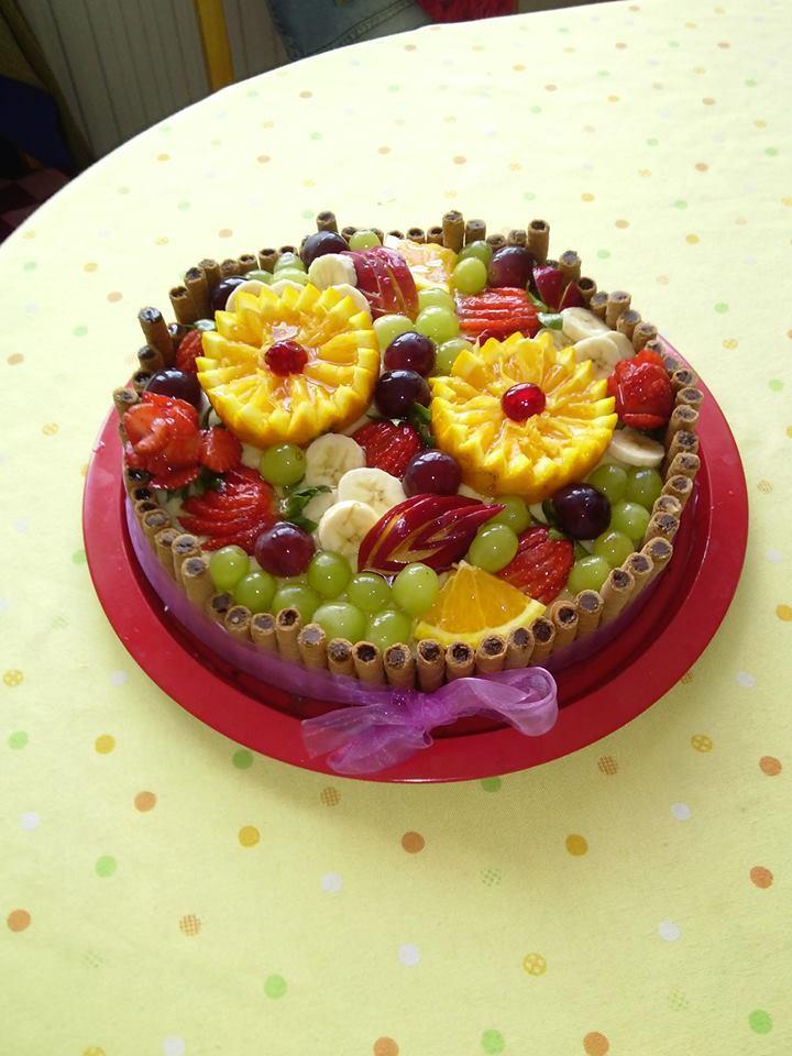Ovocný dort s čokoládovými trubičkami