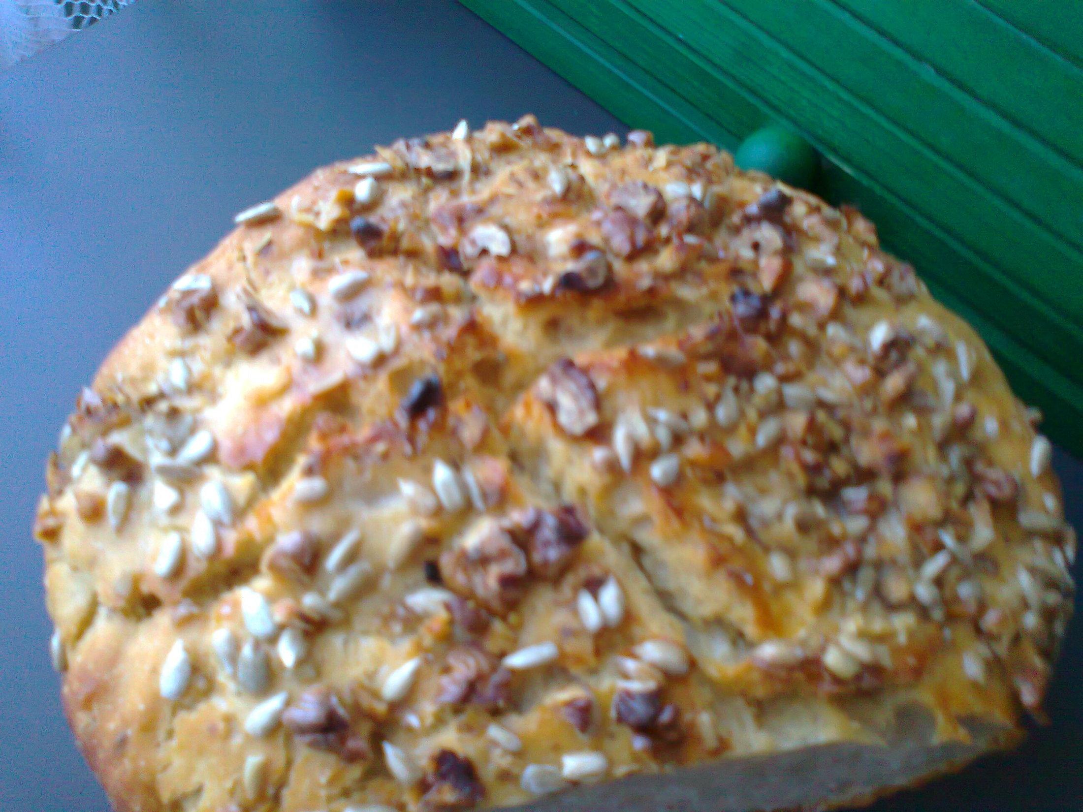 Recept Podmáslový chléb s ořechy - Chléb s podmáslím posypaný ořechy a slunečnicovými semínky