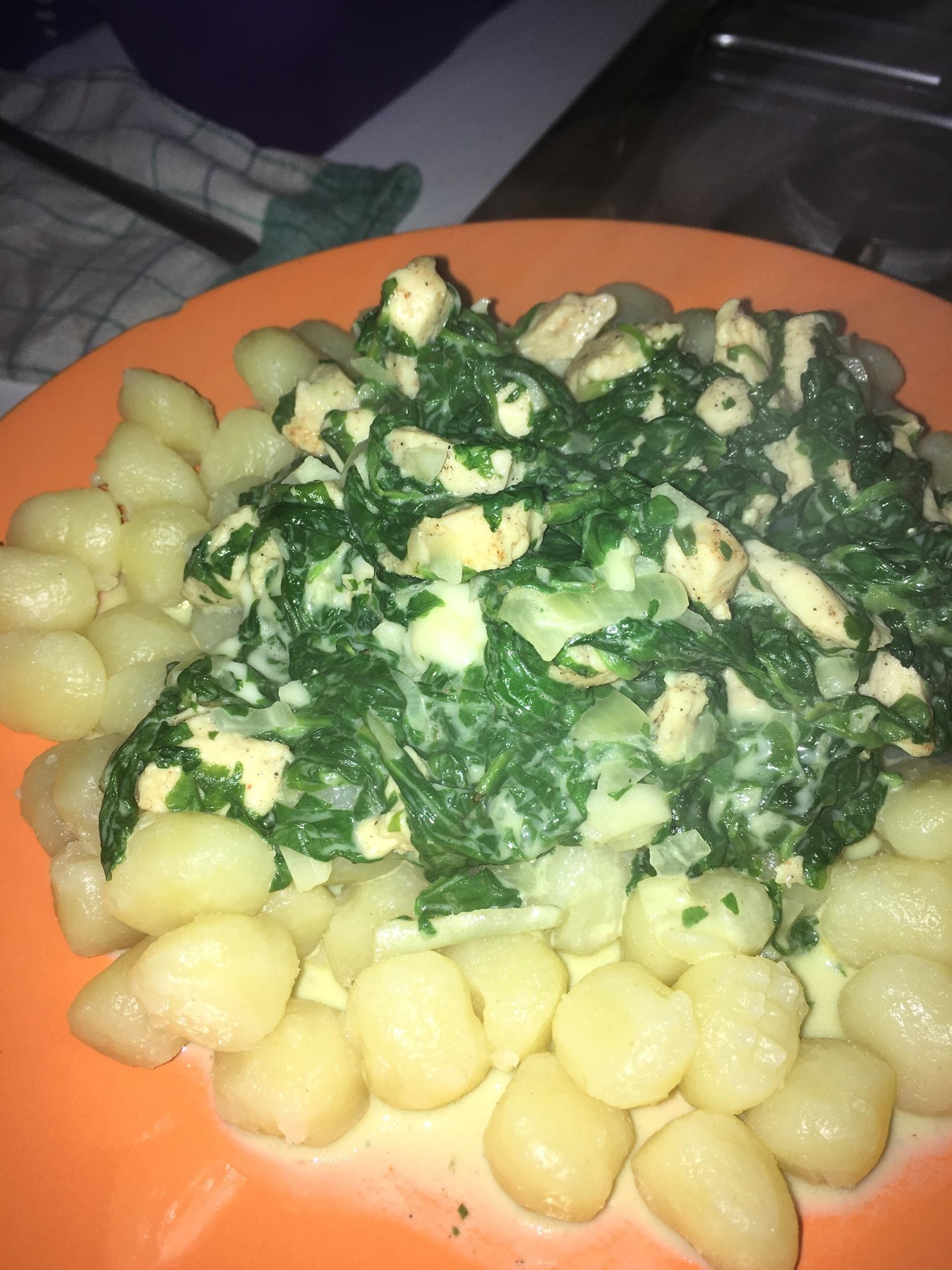Recept Gnocchi s kuřecím masem, smetanou a špenátem - Rychlý a pro mne moc chutný oběd :)