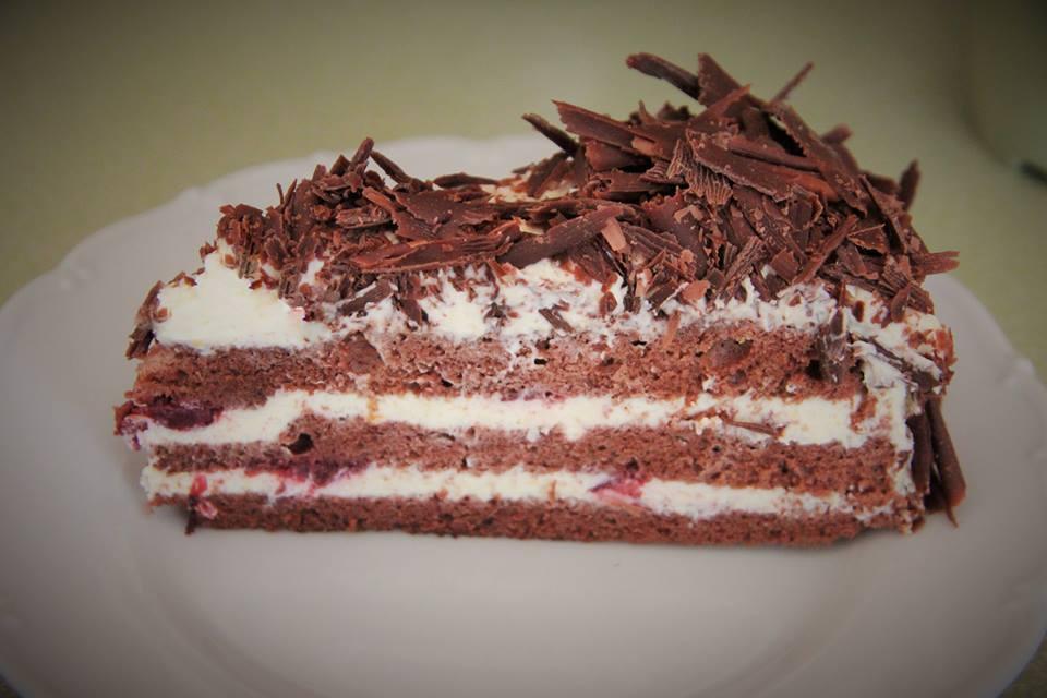 Recept Višňovo-čokoládový dort s krémem z mascarpone - Rozkrojený dort
