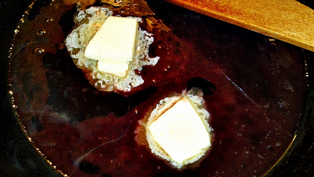 Recept Vepřová panenka v listovém těstě s vinnou redukcí - Vinnou redukci zahustíme kostkami studeného másla.