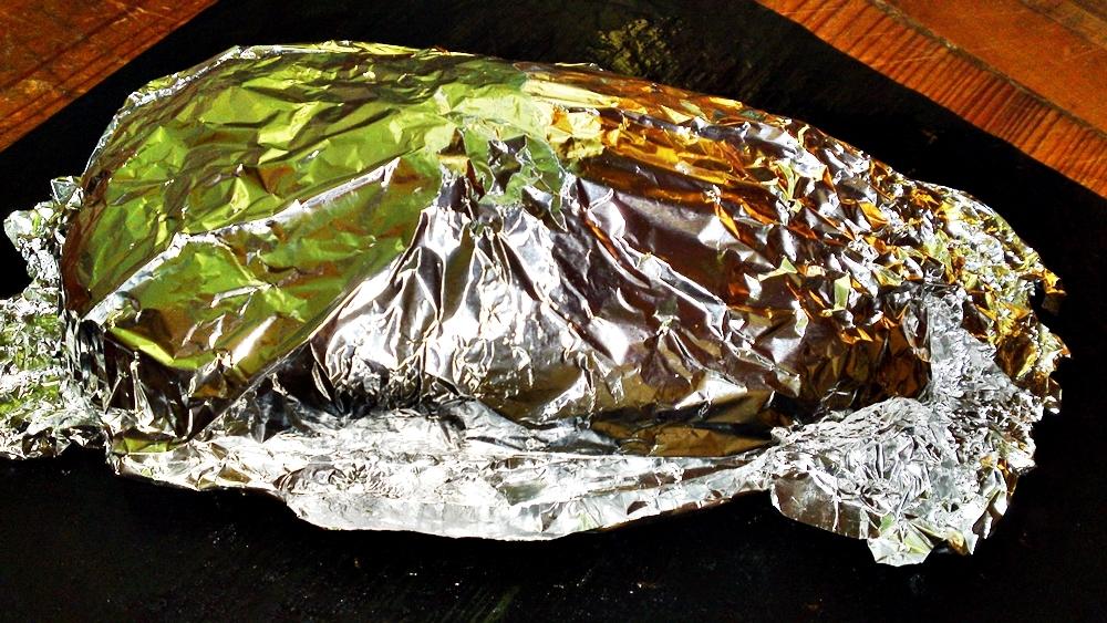 Recept Vepřová panenka v listovém těstě s vinnou redukcí - Panenku necháme odpočinout pod alobalem a potom pokrájíme.