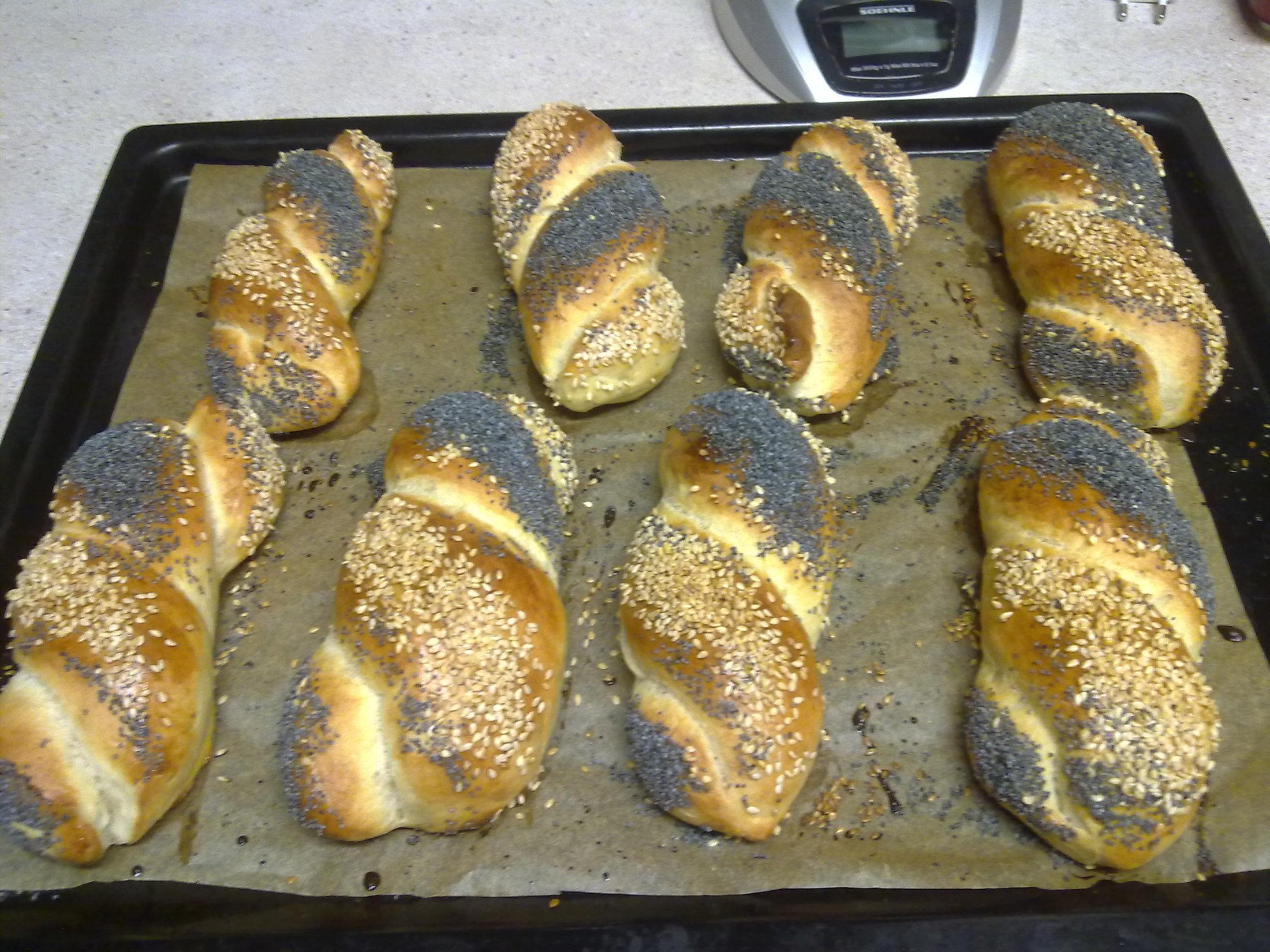 Recept Domácí rohlíky a housky - Takové zamotance nám chutnají nejvíce, protože jsou hodně sypané.