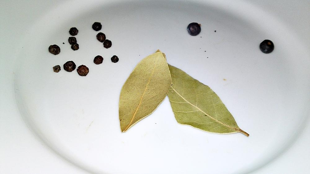 Recept Viedenský teľací Tafelspitz z teľacej kvetovej špičky a z teľacích špikových kostí - Koření a bobkové listy