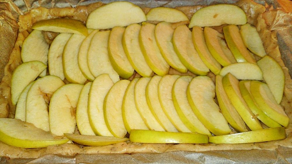 Recept Fínsky jablkový koláč alebo fínska jablková torta - Rozložíme hustě plátky jablek na těsto